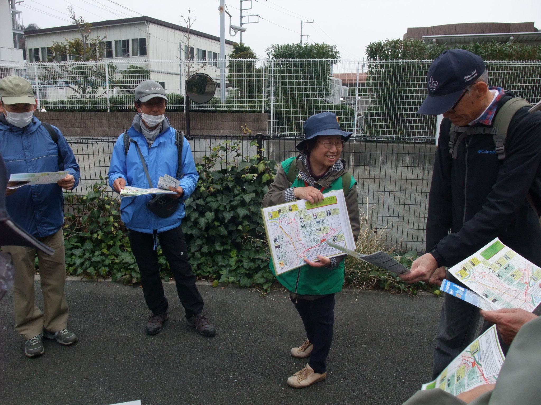 ガイドの府川さん コース説明