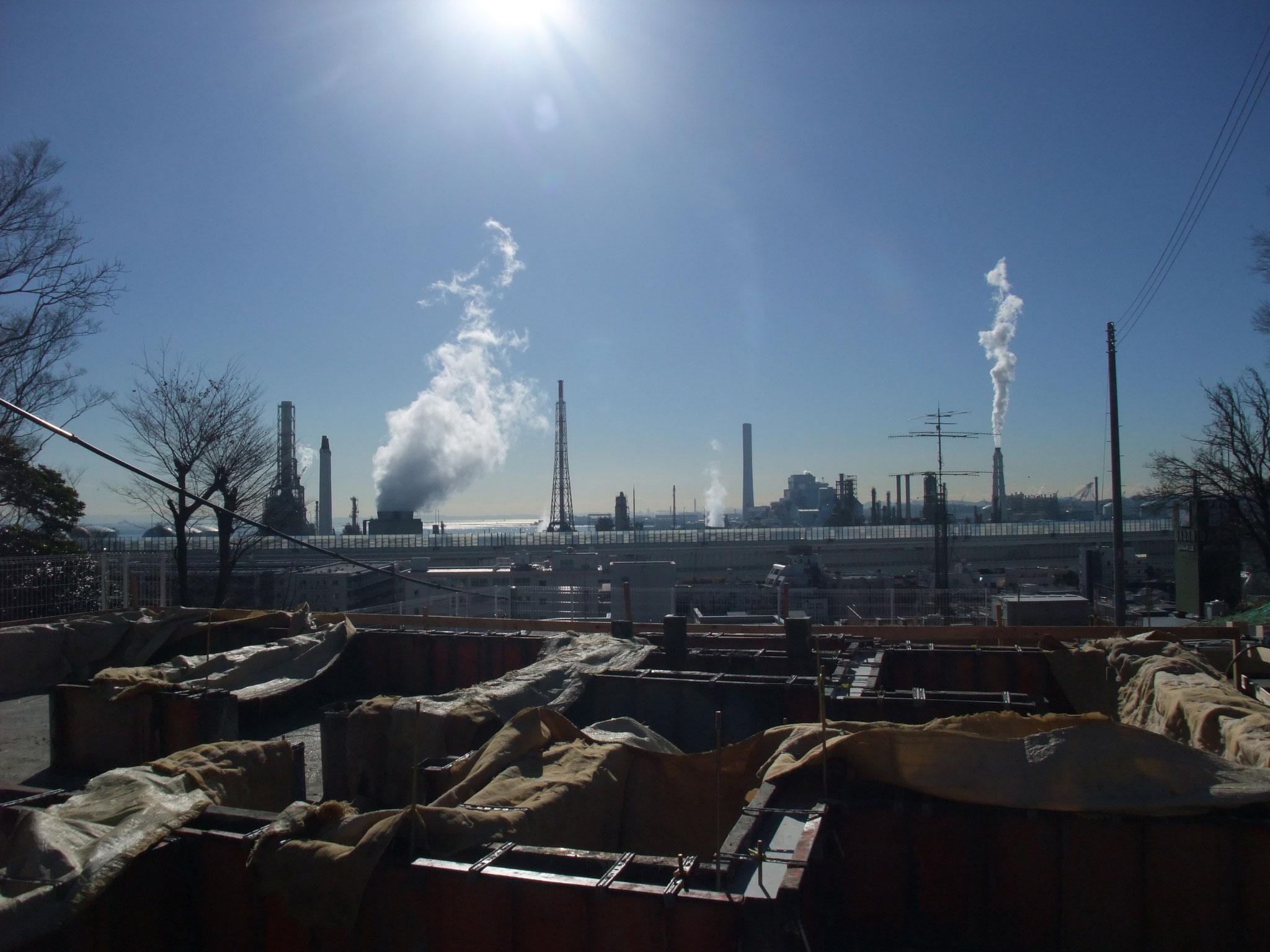 丘上から根岸湾方向に新日本石油の根岸製油所が見える