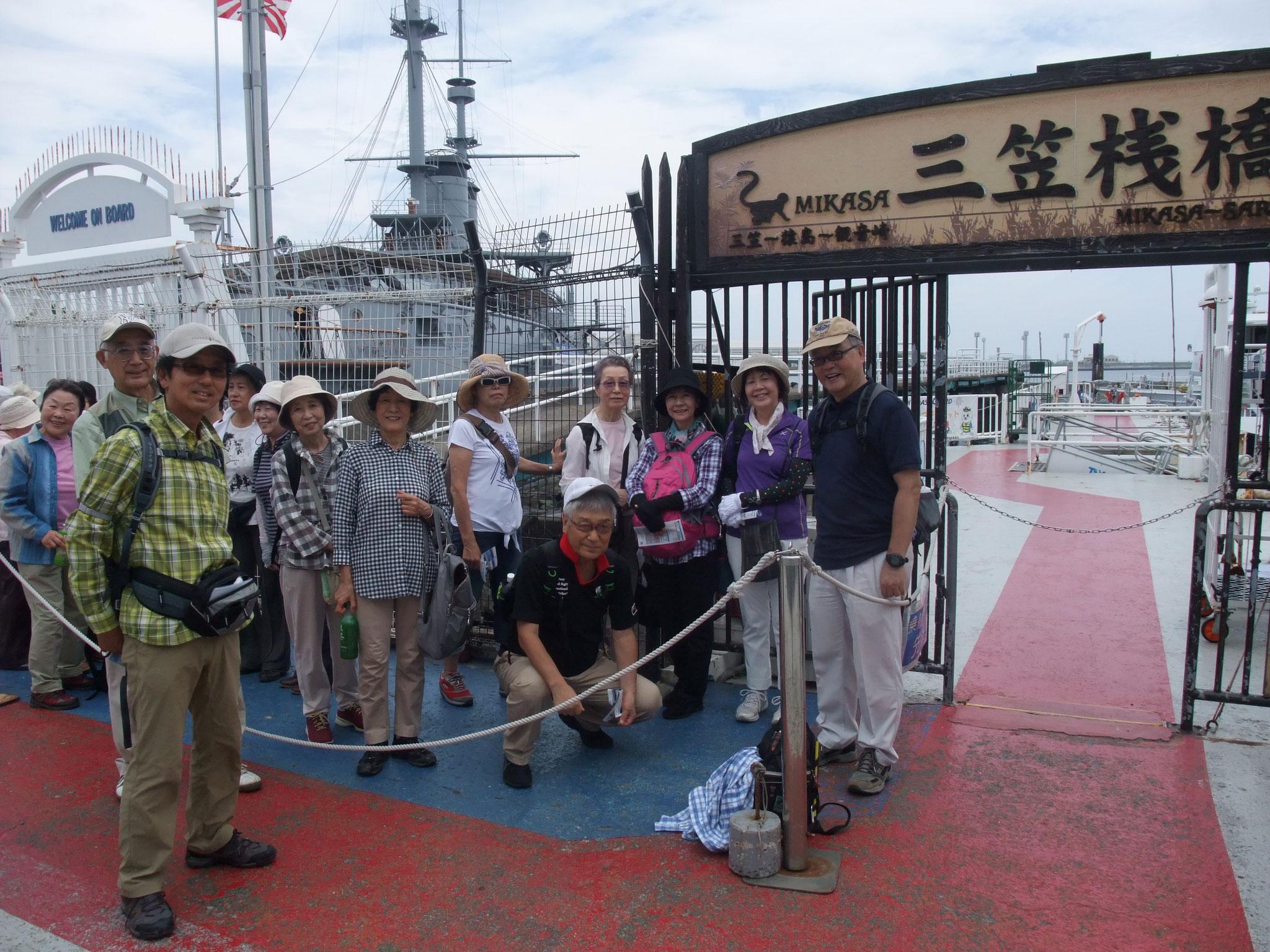 三笠桟橋から船で猿島へ