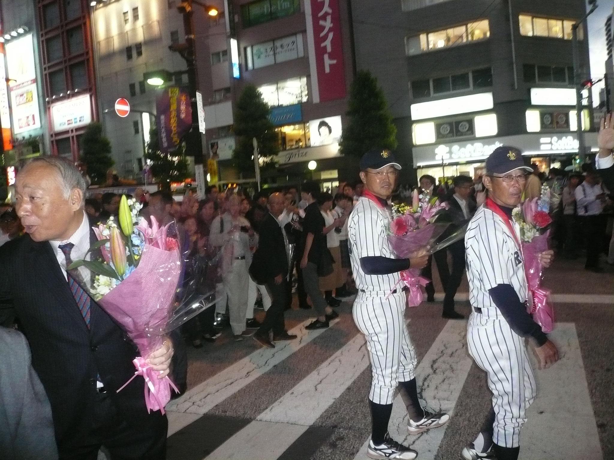 パレードへ向かう横山OB会長、溝口監督