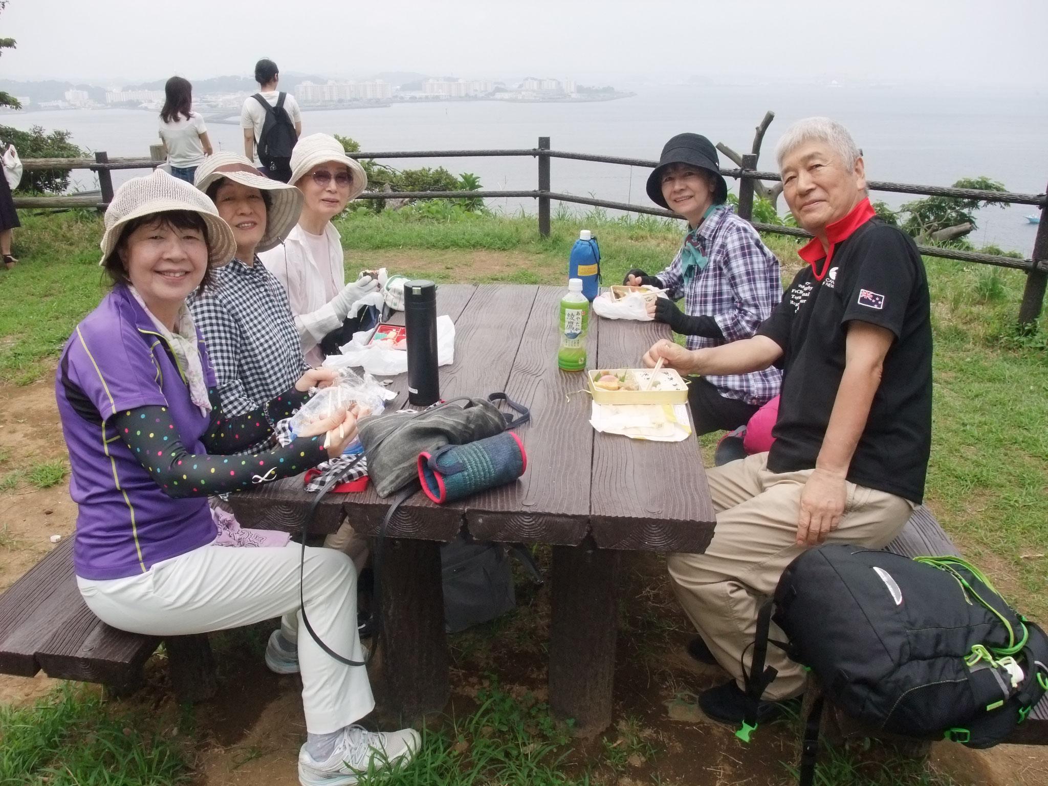 お昼は海から横須賀を見ながら