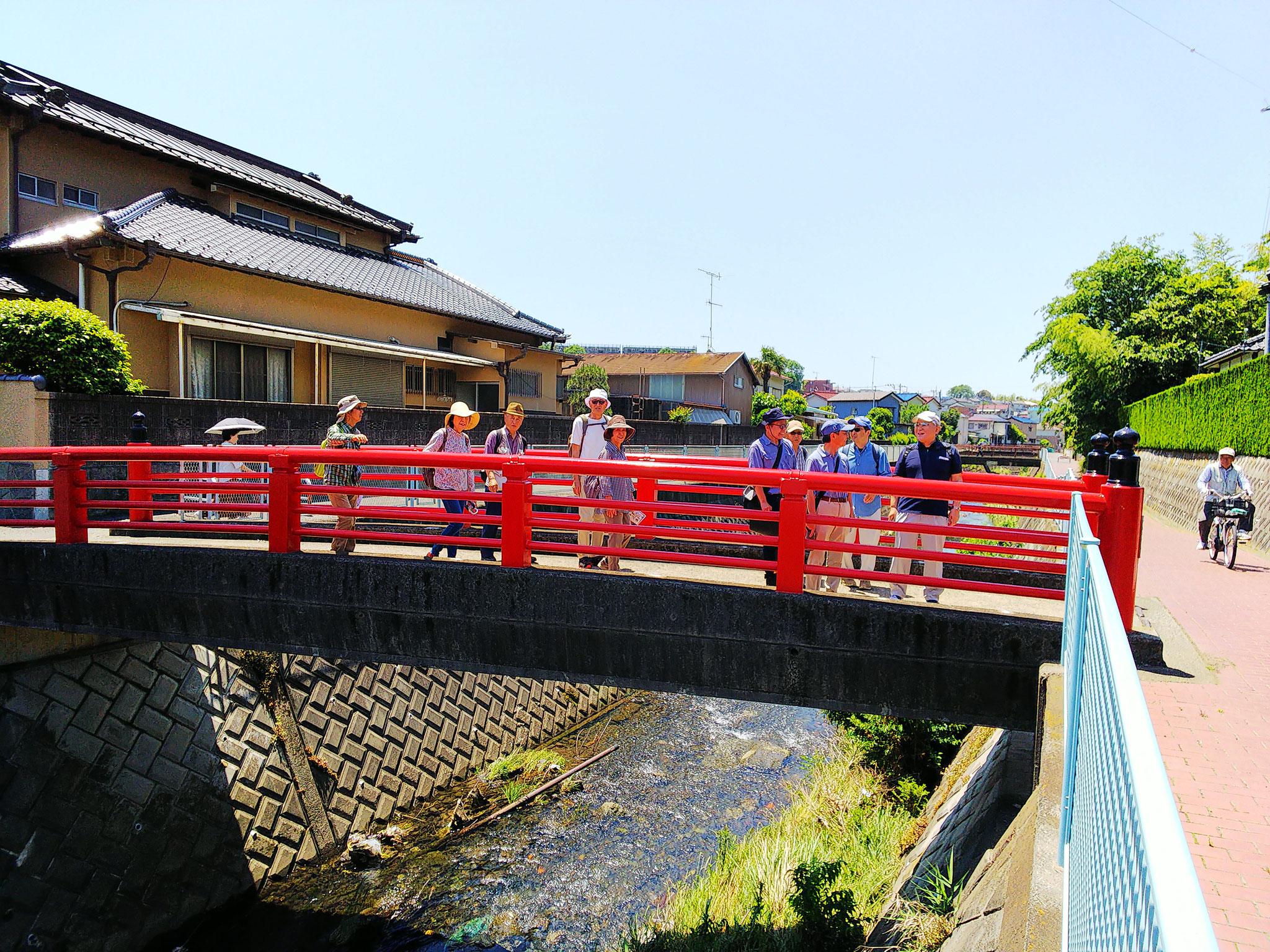 専念寺前のお浄めの朱塗りの橋を渡り参拝