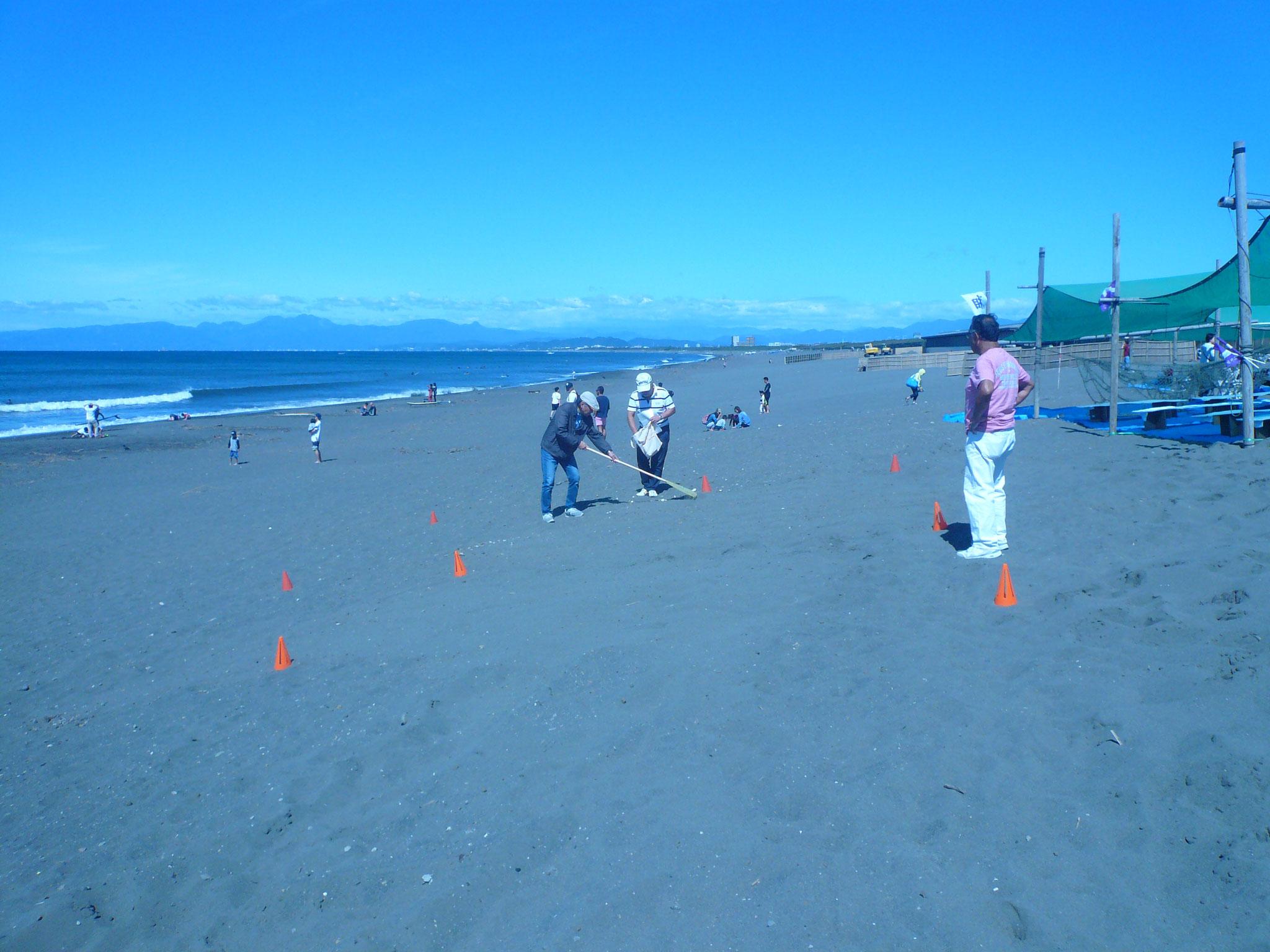 ケガしないように砂浜の清掃も