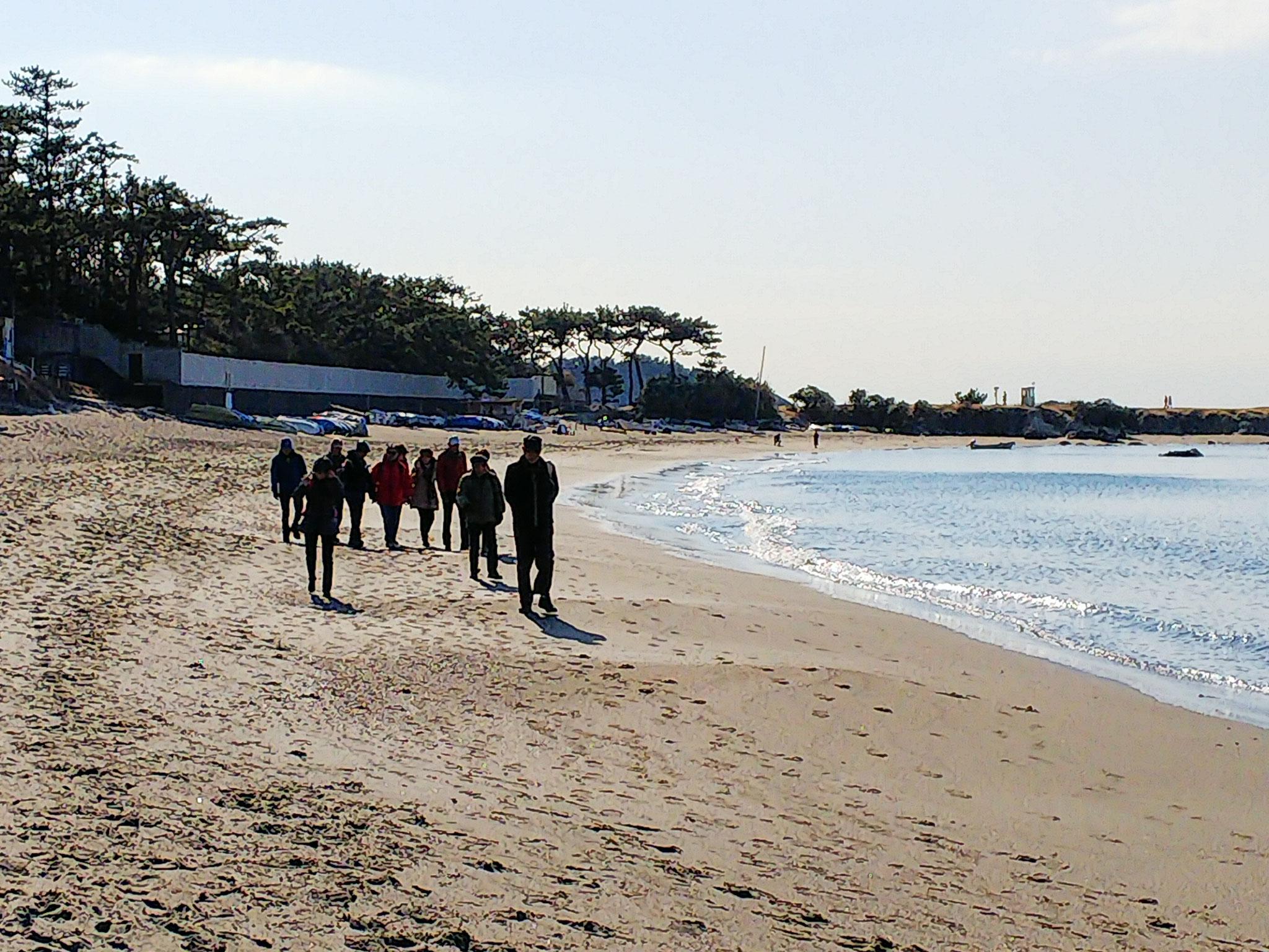 葉山御用邸前の一色海岸の浜を歩く