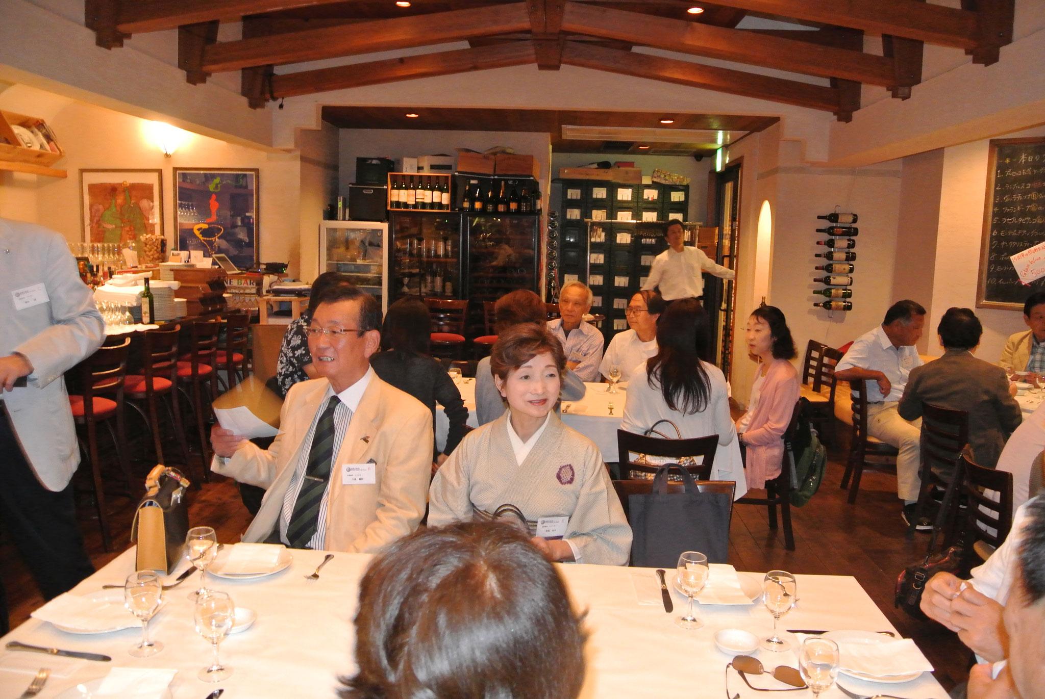 大島副会長・和服の似合う青森の名酒、田酒を寄贈いただいた相馬さん