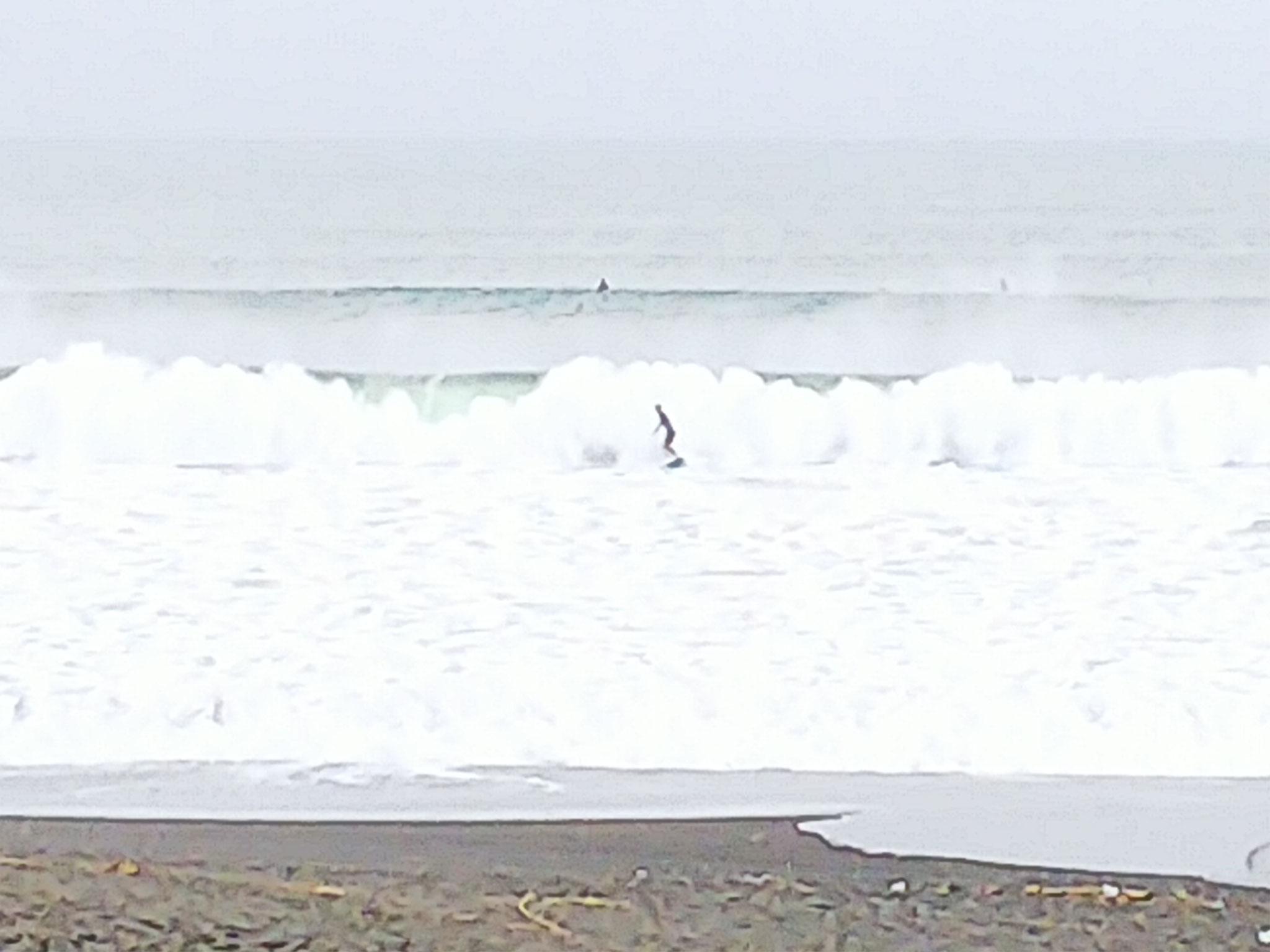 台風の余波か、辻堂海岸は波が高い