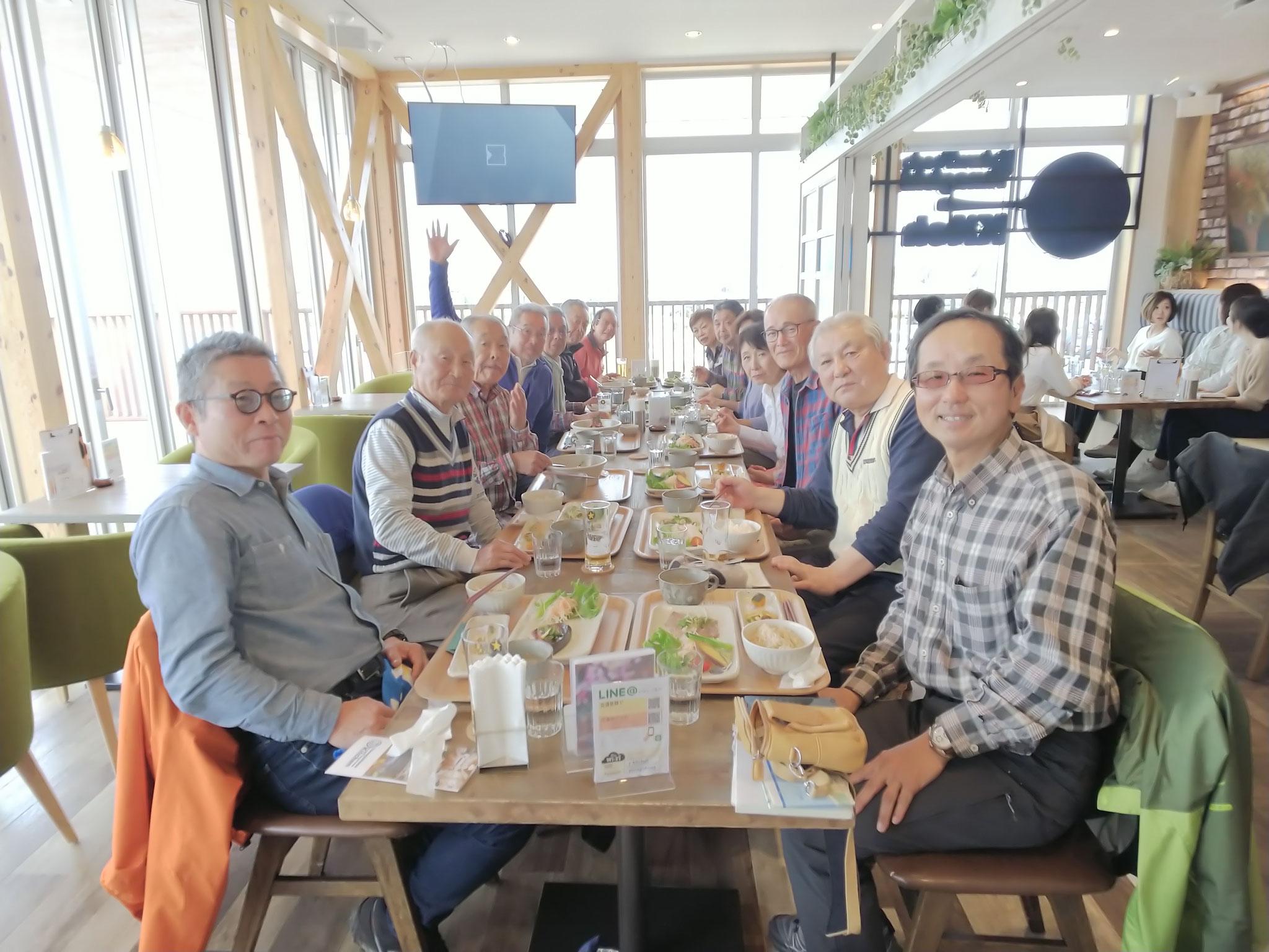 昨年開設された柳島スポーツ公園のクラブハウス2Fのレストランで昼食 一同満足