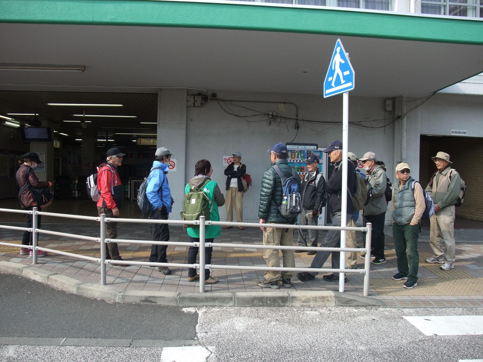 国府津駅前にて解散