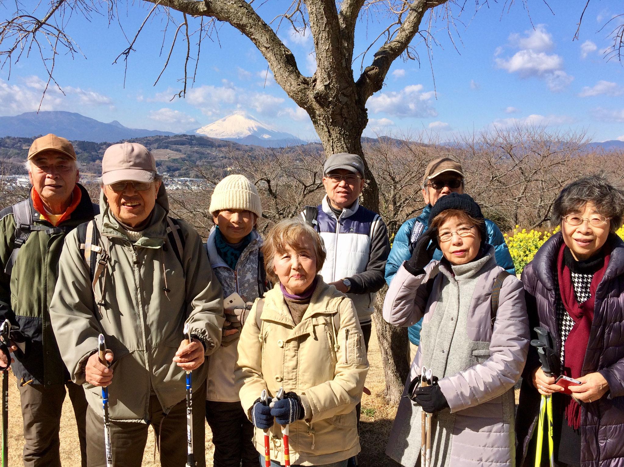 吾妻山公園に到着!富士山をバックに、はい、チーズ!