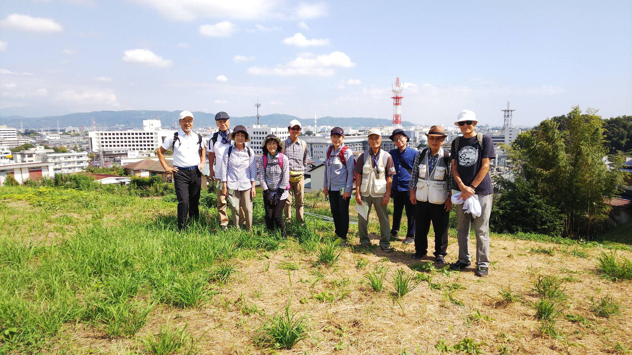 坂道を上り小田原城総構の北側、城下張出へ、後ろは曽我丘陵