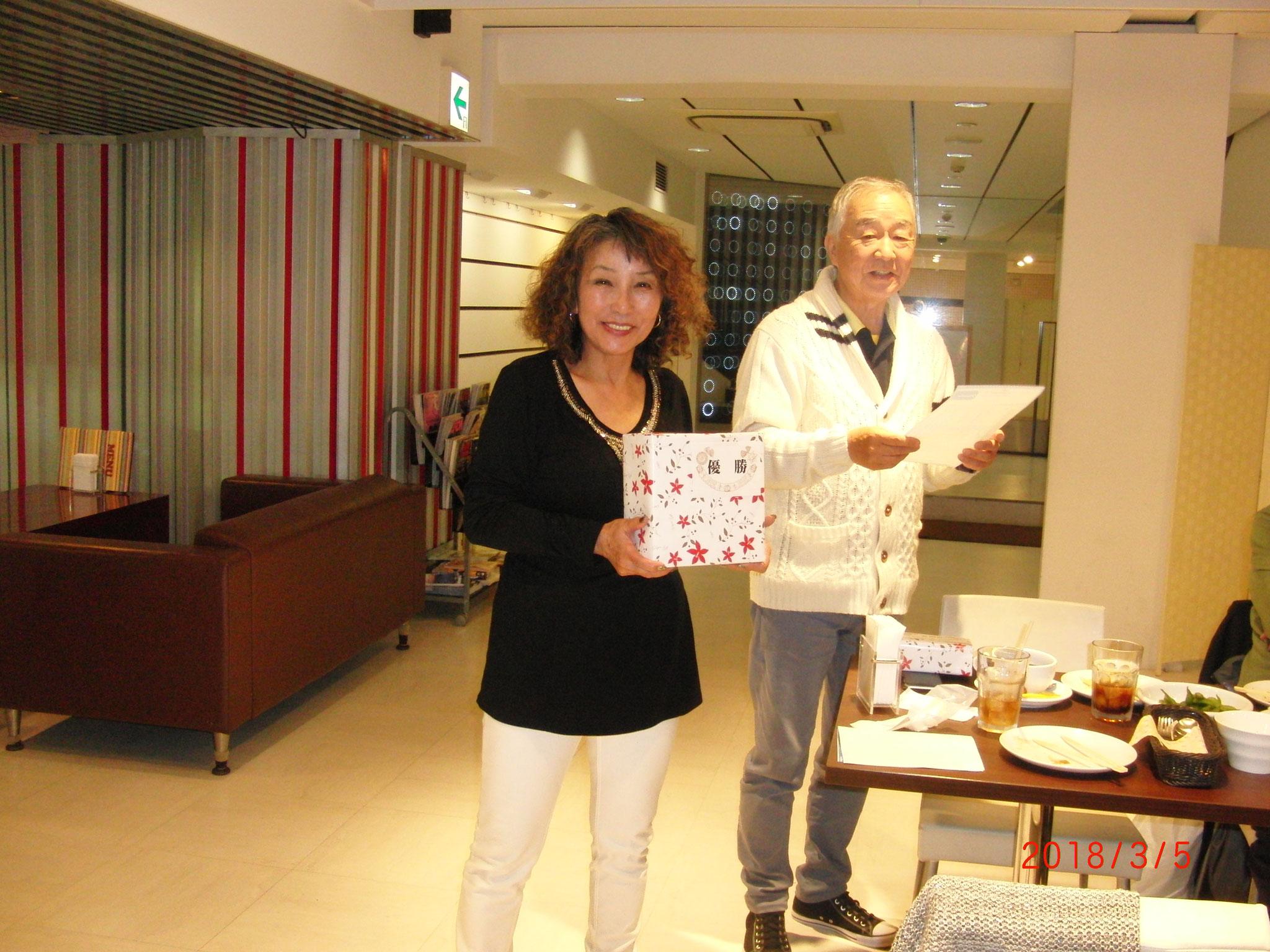 優勝した小宮さんと清水リーダー