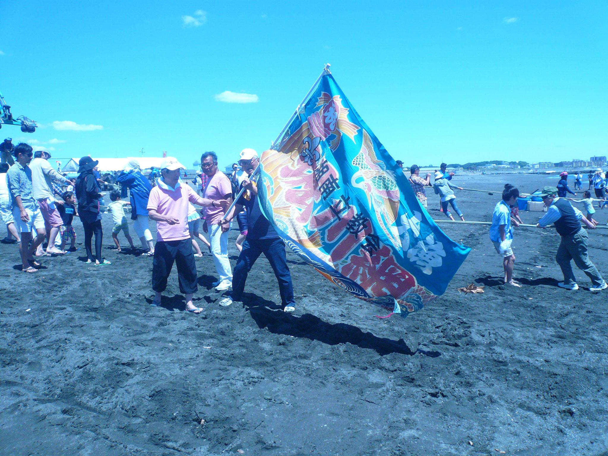 編み上げが始まった大漁旗が応援に
