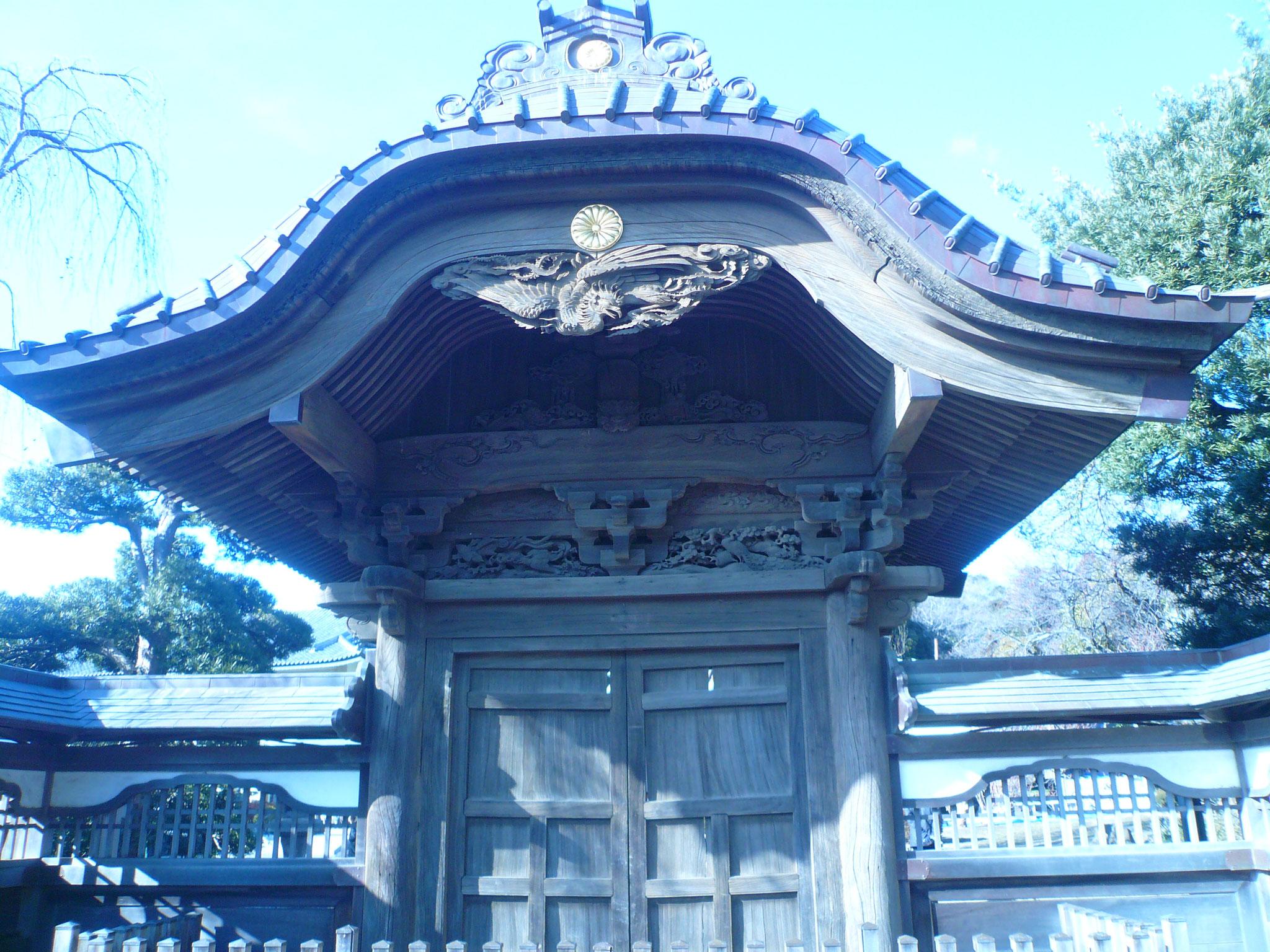 中雀門、皇室の菊のご紋章が見れる