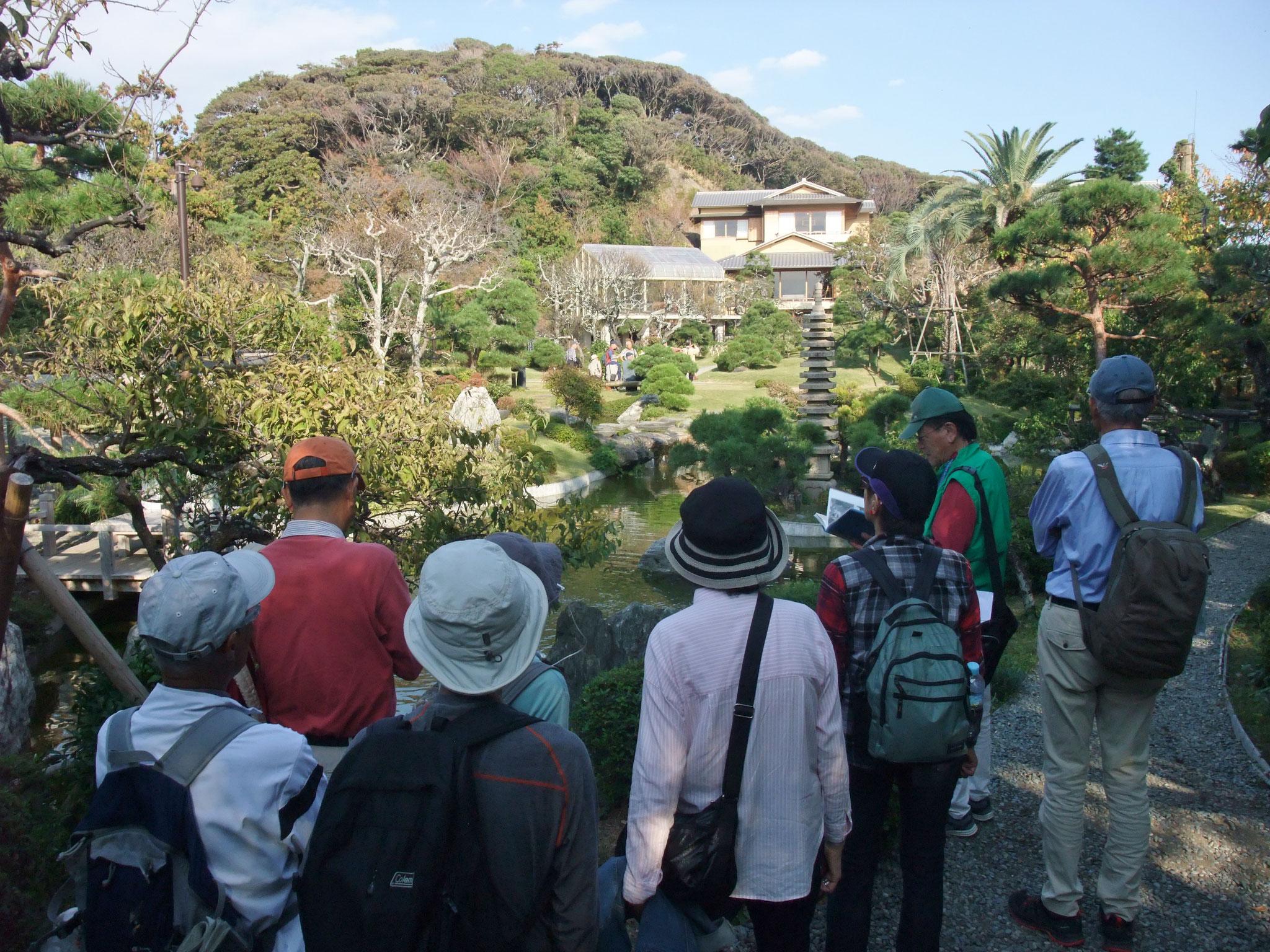 城山の再建なった旧吉田茂邸の庭園も散策