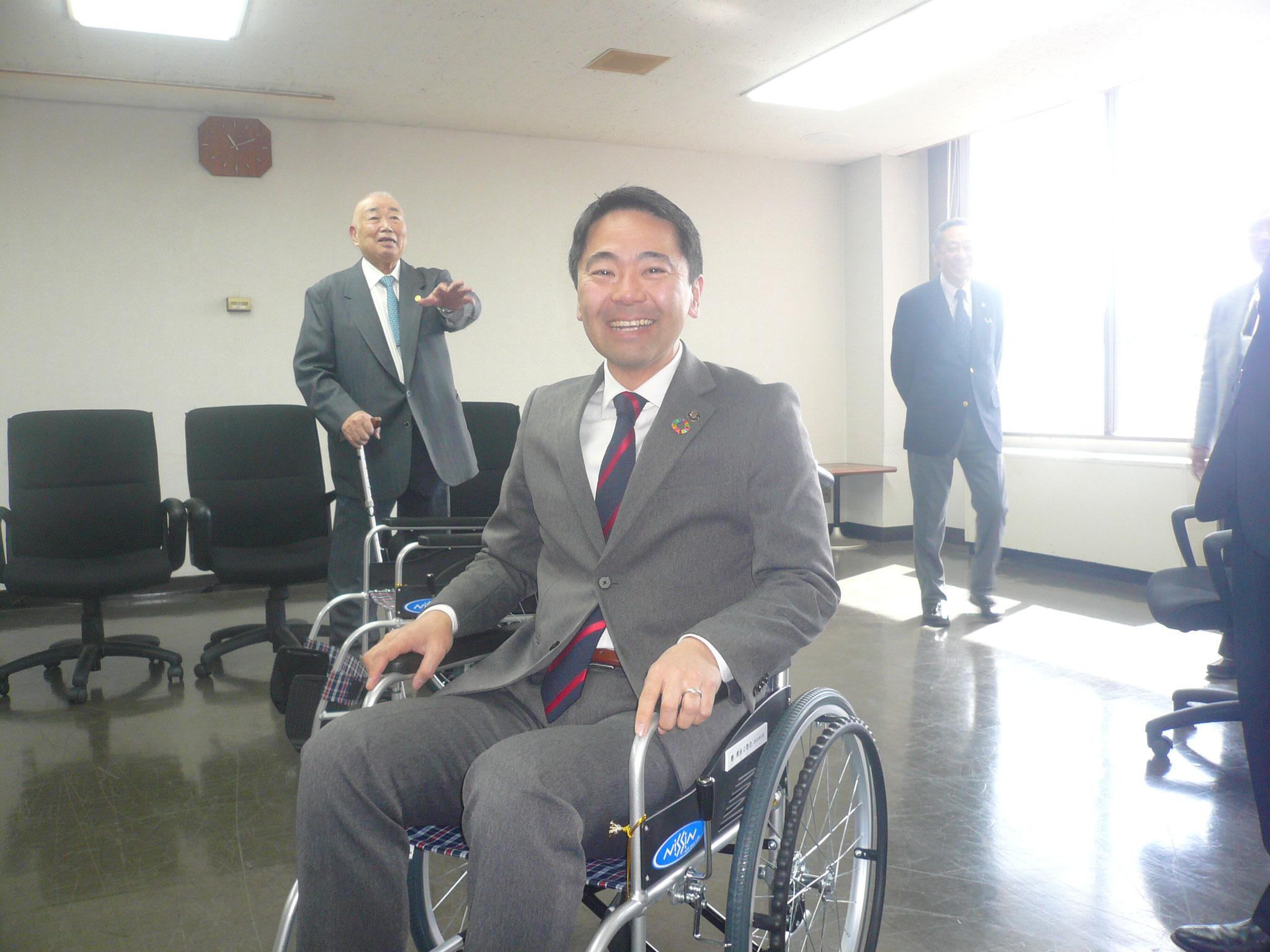 贈呈後車いすに松尾市長「軽くていいですね。有難いです」