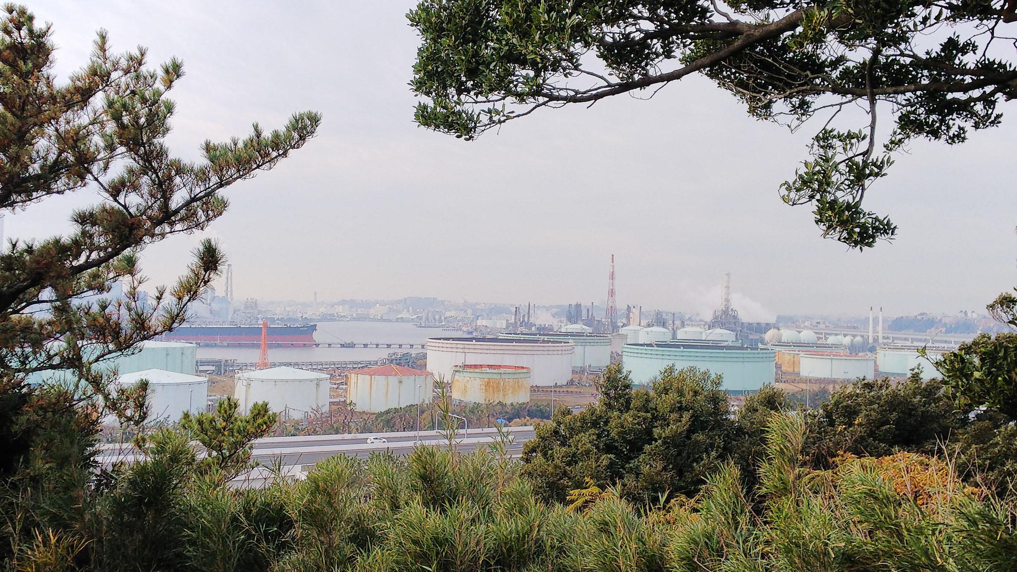 外苑松風閣展望台から眼下の製油所とタンカーの向こうに富士山が見えるはず