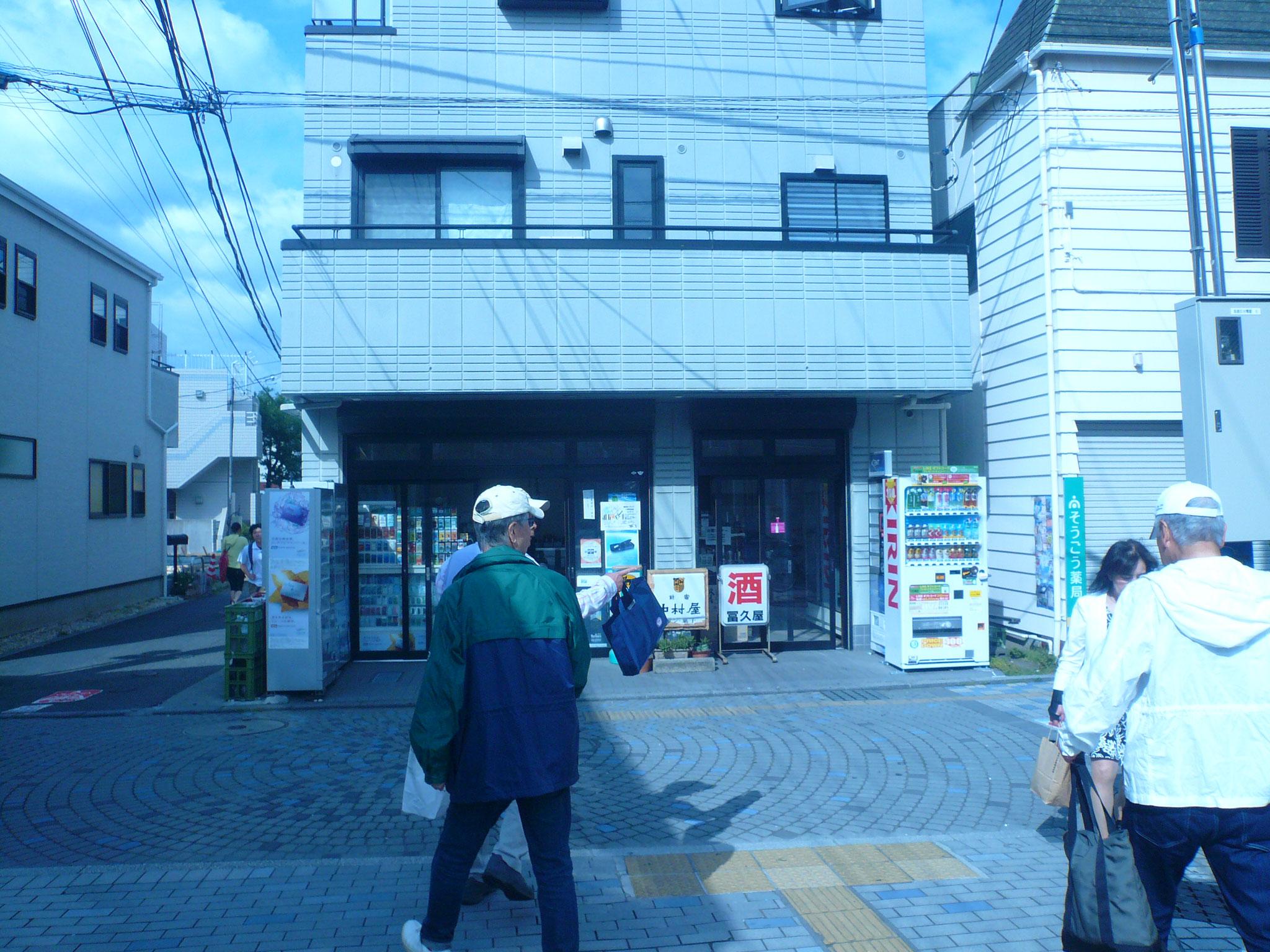 駅前広場でて突き当り商店街左折。次の路地右折