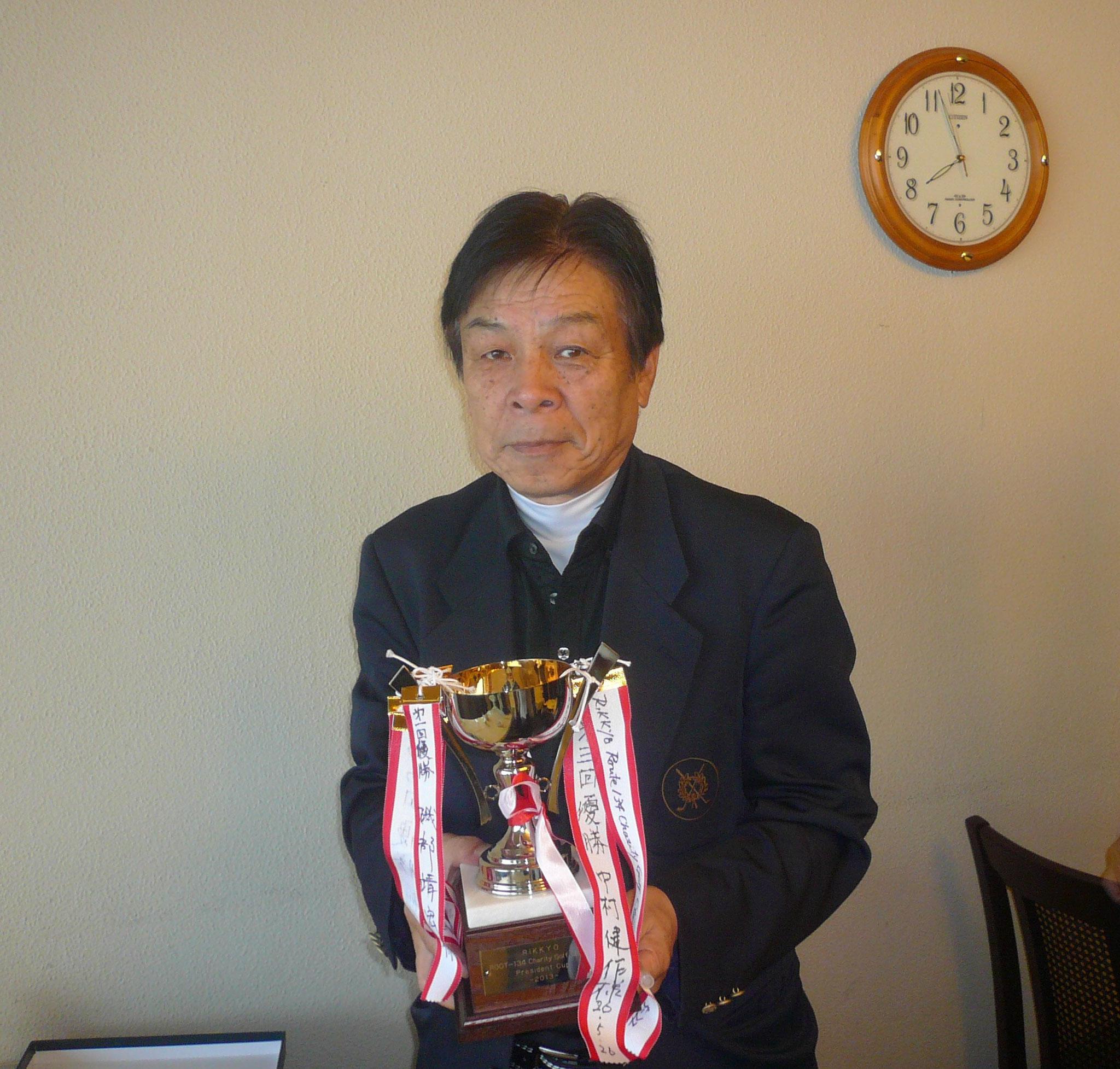 前回優勝の渡辺さんへカップ
