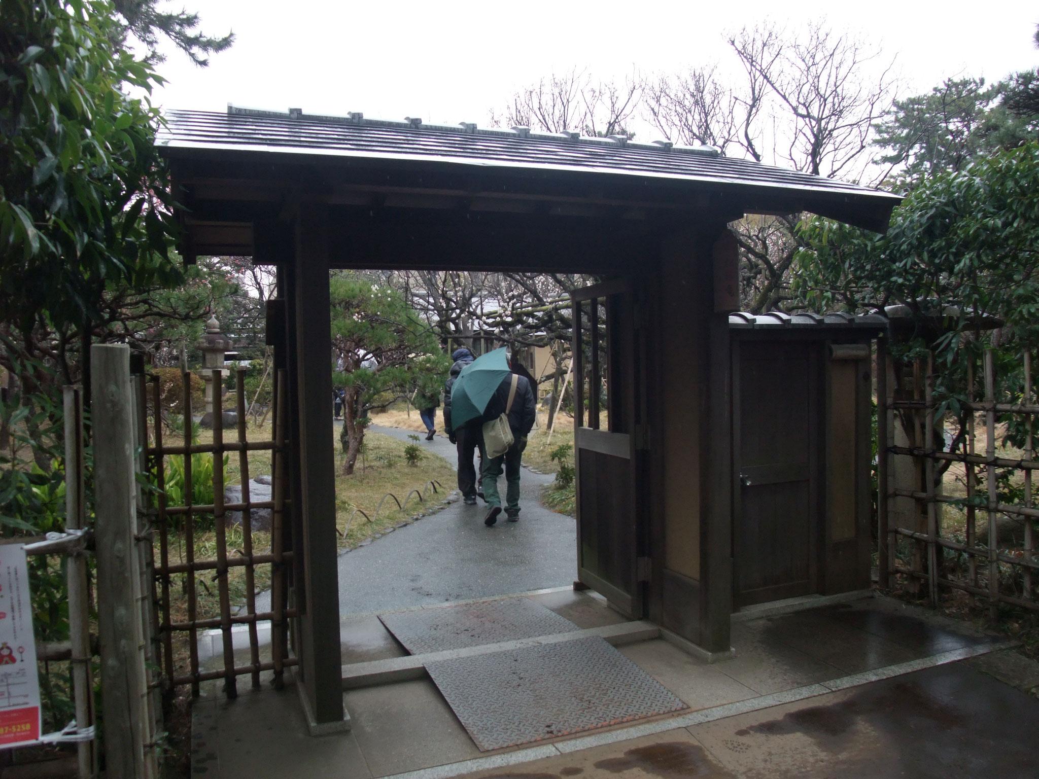 園内の松籟庵(しょうらいあん)の庭園を見学