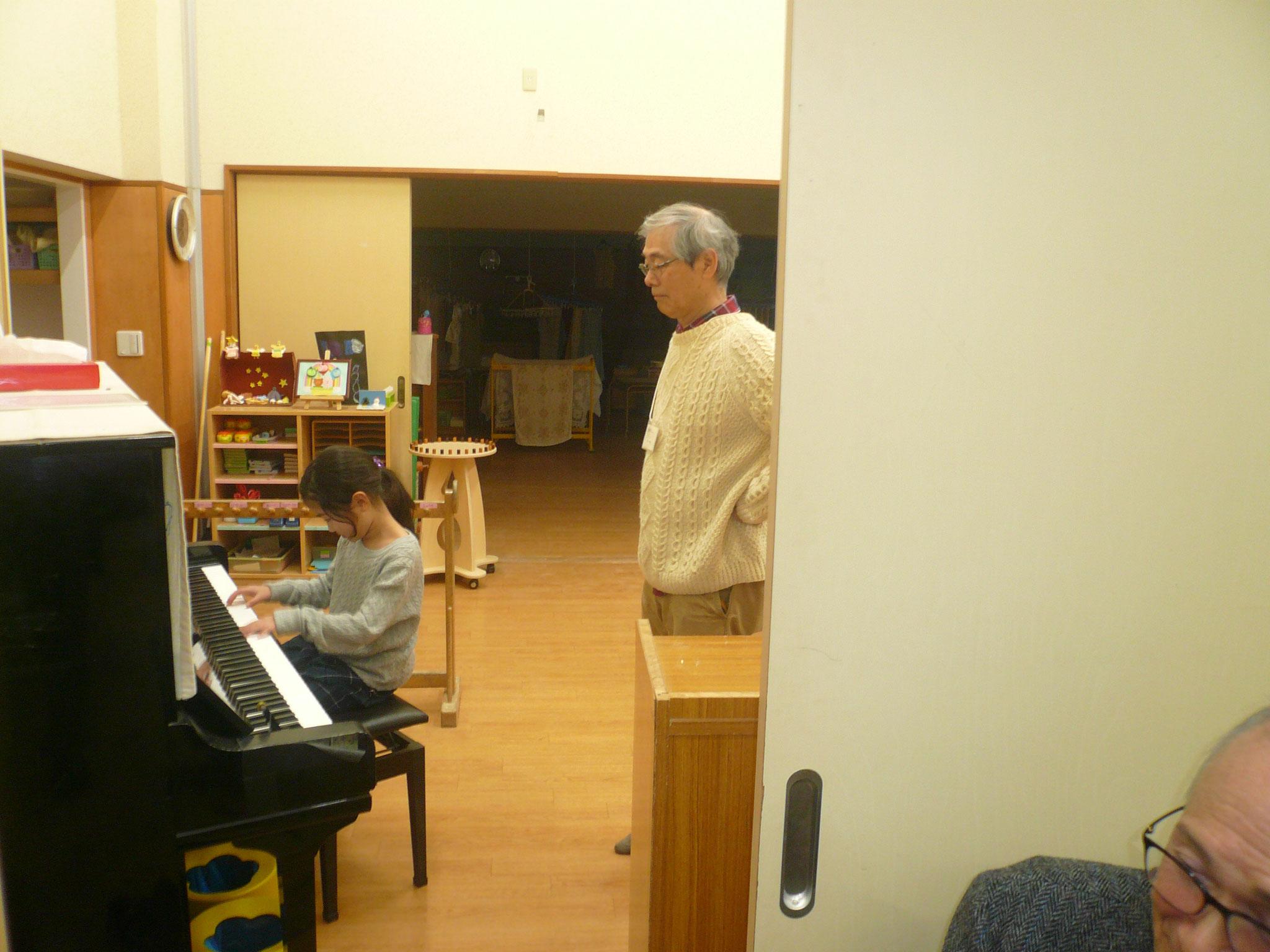 渡辺さん心配げに見守りながらのお孫さんは上手にピアノ