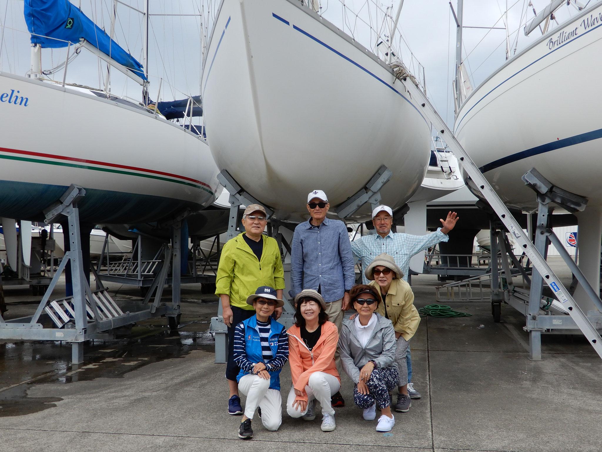 乗艇前の記念写真。 オーナー達はヨットの整備中