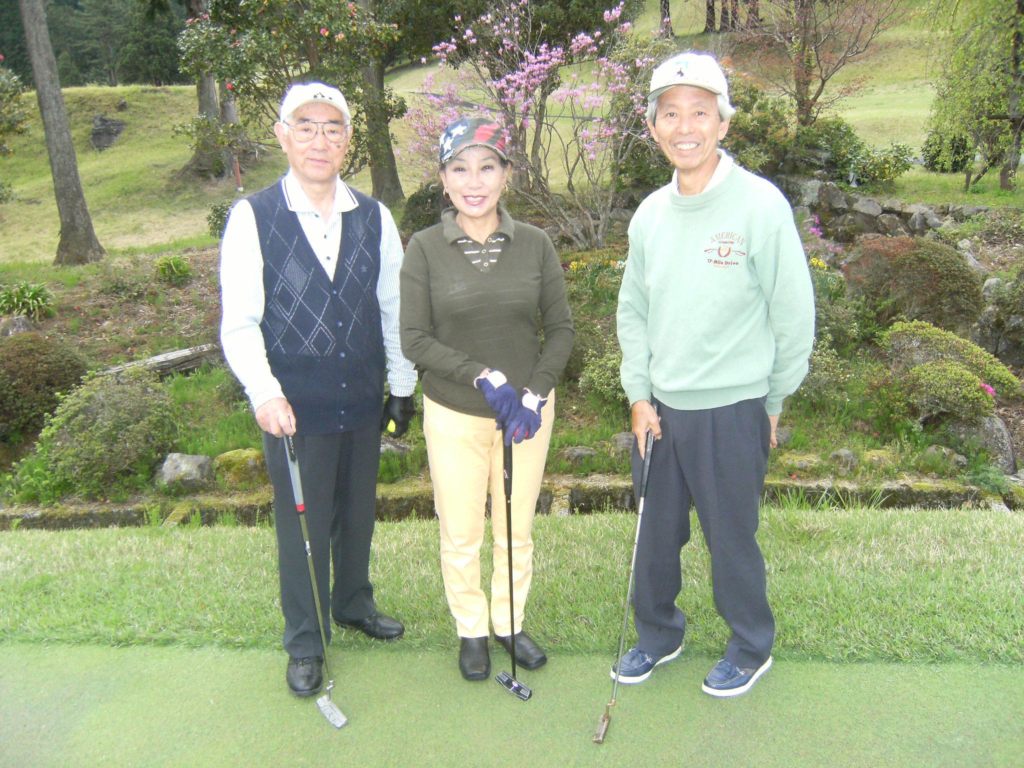スタート前パター練習場で則田さん小宮さん藤吉さん