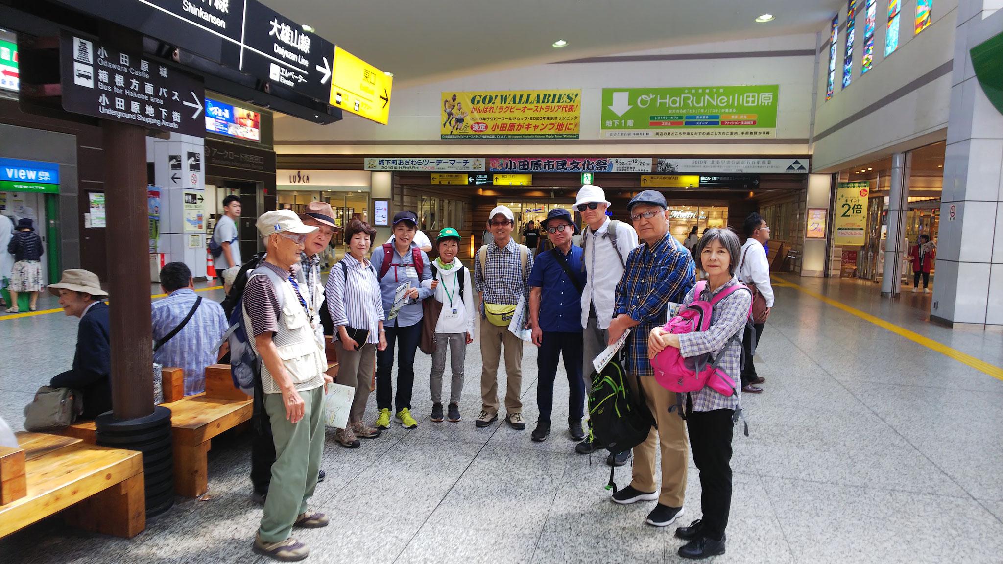 小田原駅にてミーティング。中央に本日のガイド富澤さん。