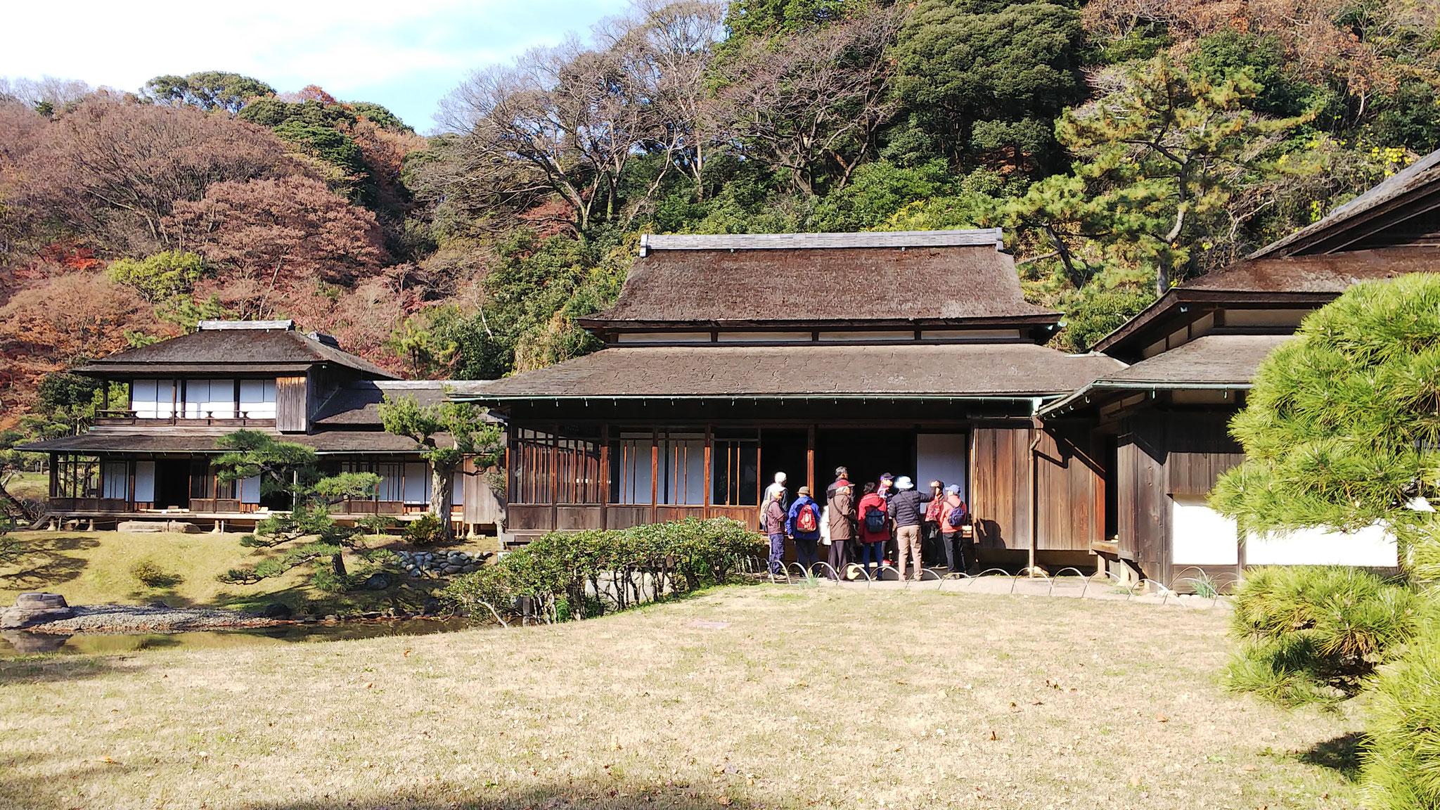 「臨春閣」前のA班 紀州徳川家藩主が紀ノ川沿いに建てた数寄屋風書院造りの別荘建築