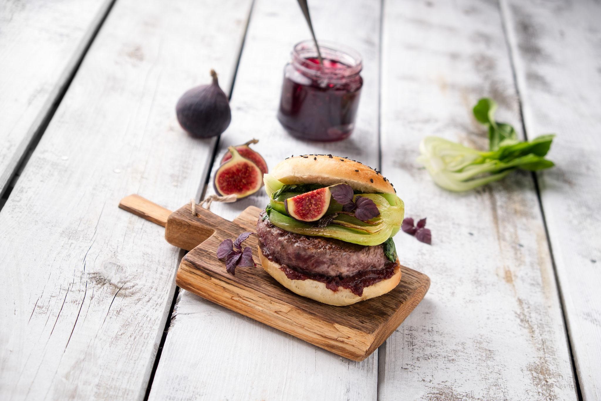 Wild-Burger auf altem Holz, 45° Ansicht, entstanden beim Food-Fotografie Workshop am 23.10.2016