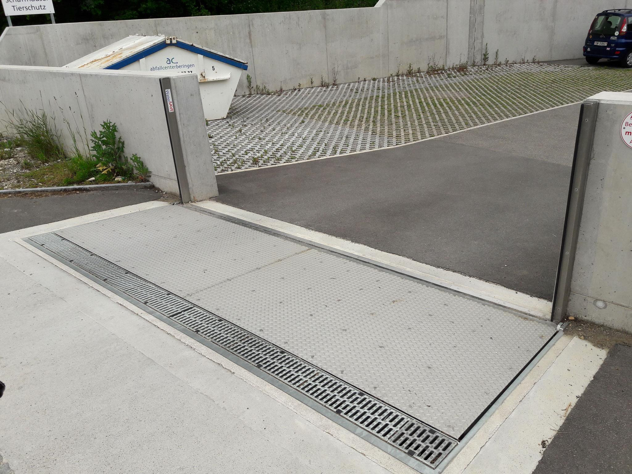 Schutzmauer, Zufahrt mit Klappschott. Dieses schliesst die Zufahrtöffnung bei Hochwasser automatisch, ohne Strom (Bild: Bänziger Kocher Ingenieure AG)
