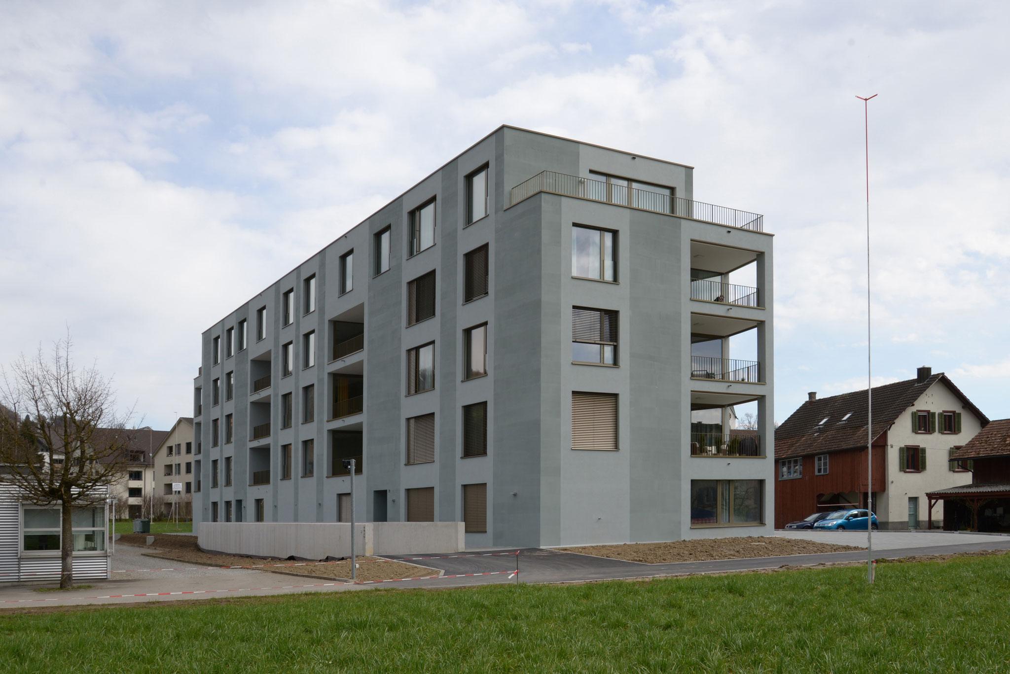 Auf die Hochwasserschutzkote angehobenes Gebäude (Bild: Gautschi Lenzin Schenker Architekten AG)