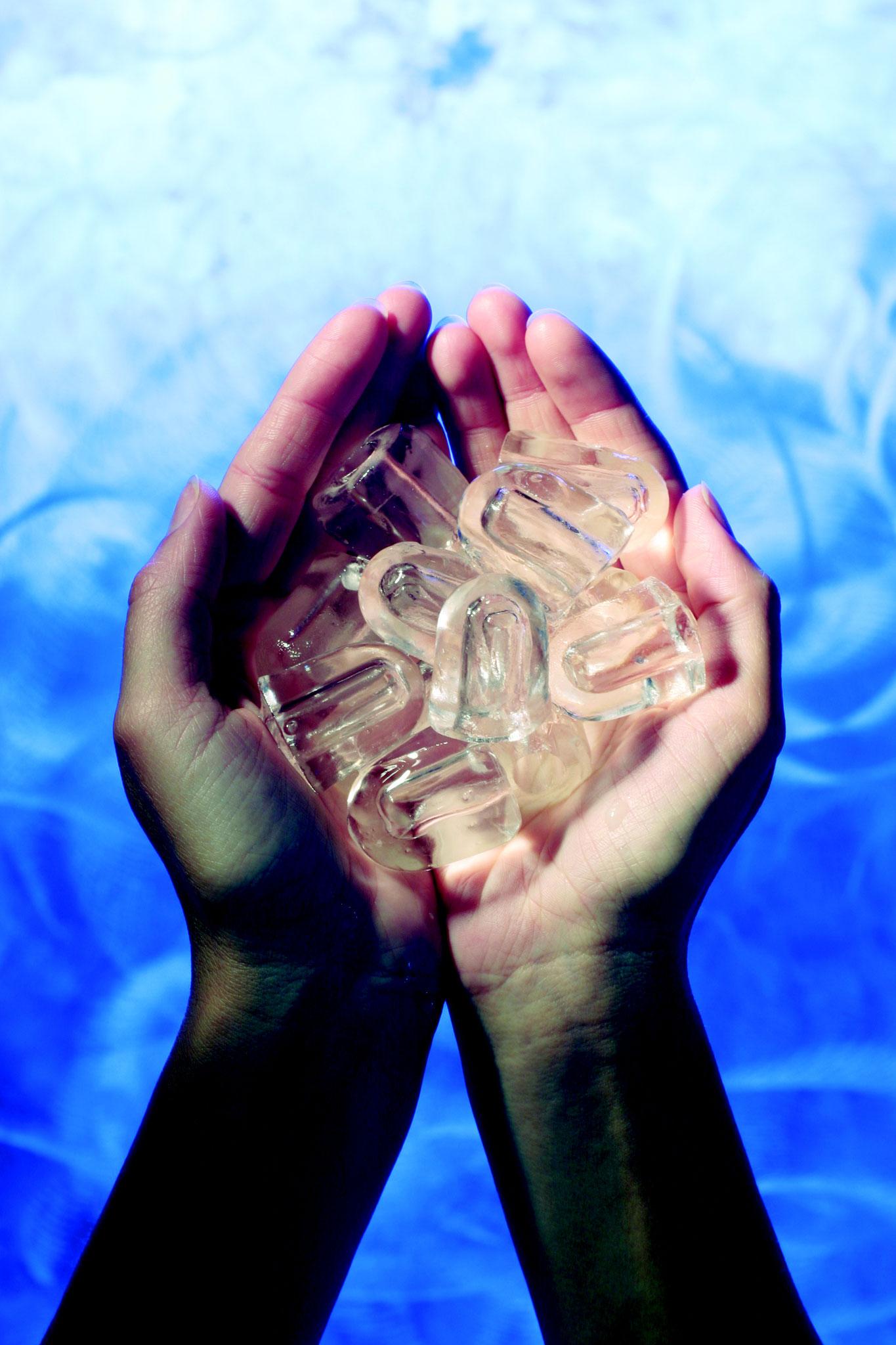 Eiswürfel sind aus reinem kristallklarem Trinkwasser.