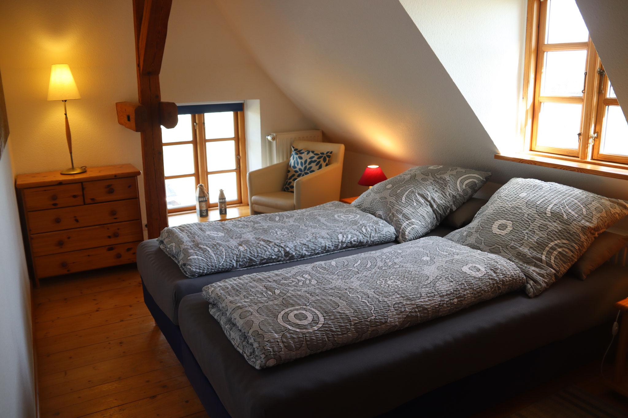 Schlafzimmer mit Doppelbett (2x90x200)