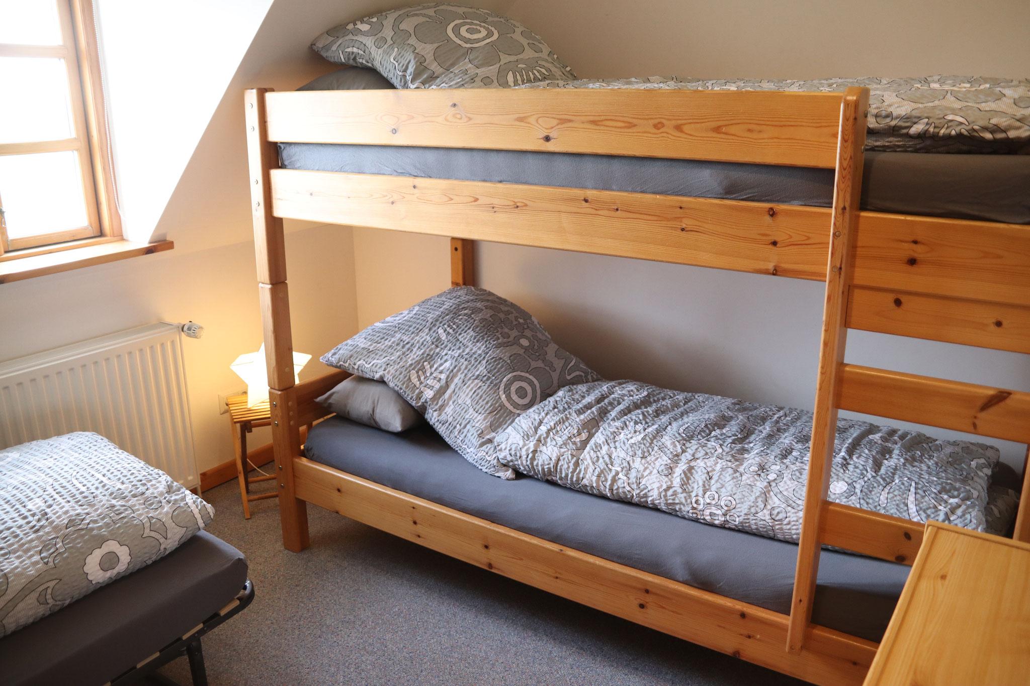 Kinderzimmer mit Etagenbett (2x90x200) und ....