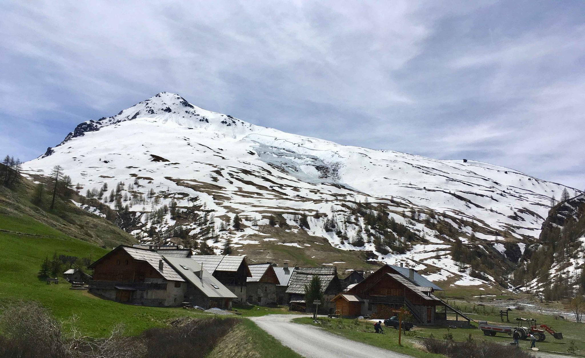 mai 2017 Quelques résidus de neige au dessus de la route des Fonds de Cervières