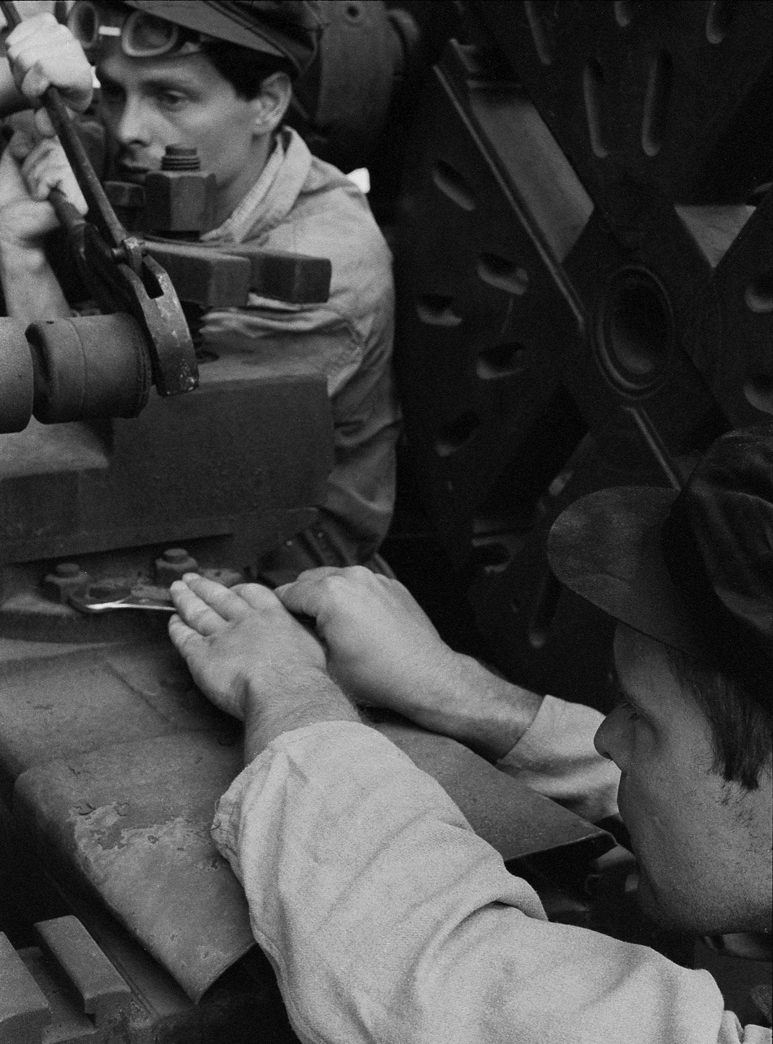 Matthias Leupold - Fleißige Hände bei Erfüllung der Wirtschaftspläne die Basis unserer volkseigenen Industrie Serie: Fahnenappell 1988 40 x 30 cm