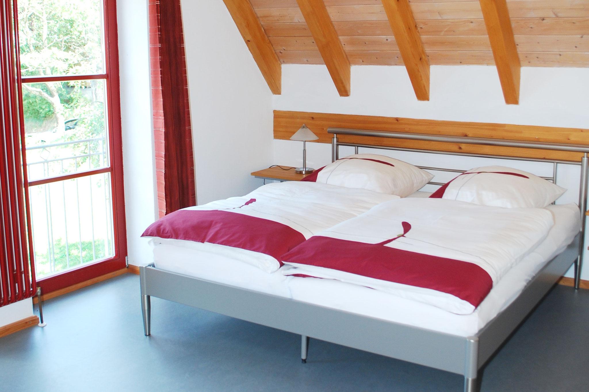 Schlafzimmer (links)