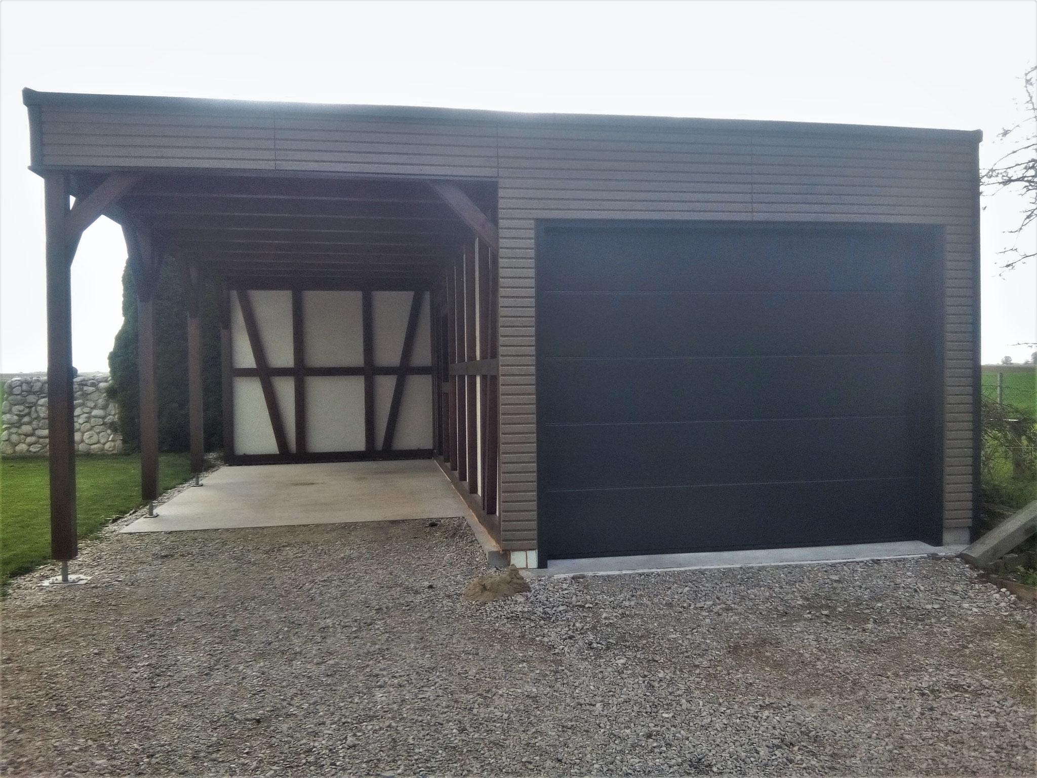 Carport im Fachwerkstil & Garage mit einer Fassade aus Rhombusschalung