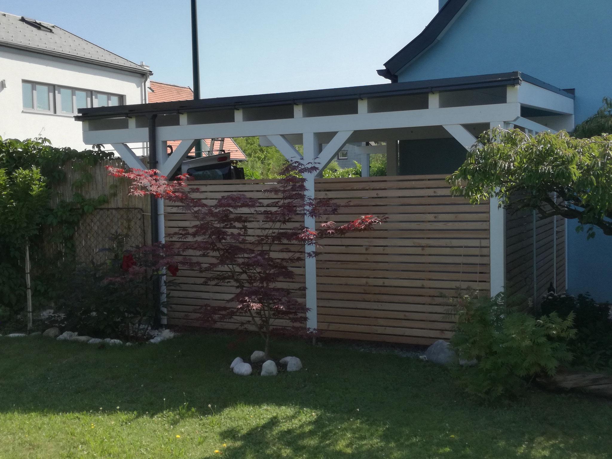 Carport mit Eingangsüberdachung und Sichtschutz. Dacheindeckung mit Resitrix EPDM Folie. Sichtschutz in Lärche mit Rhombus-Profil