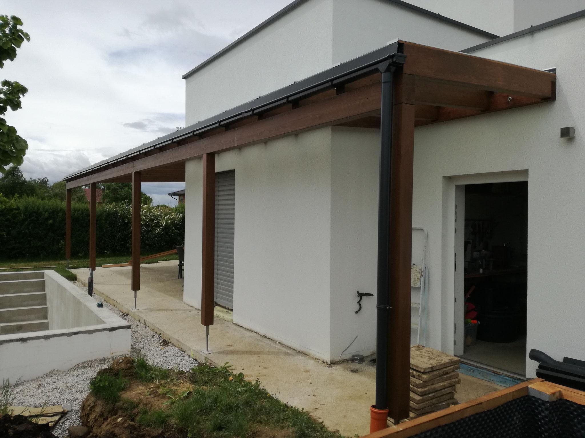 Terrassenüberdachung mit Glaseindeckung Farbton Nussbaum