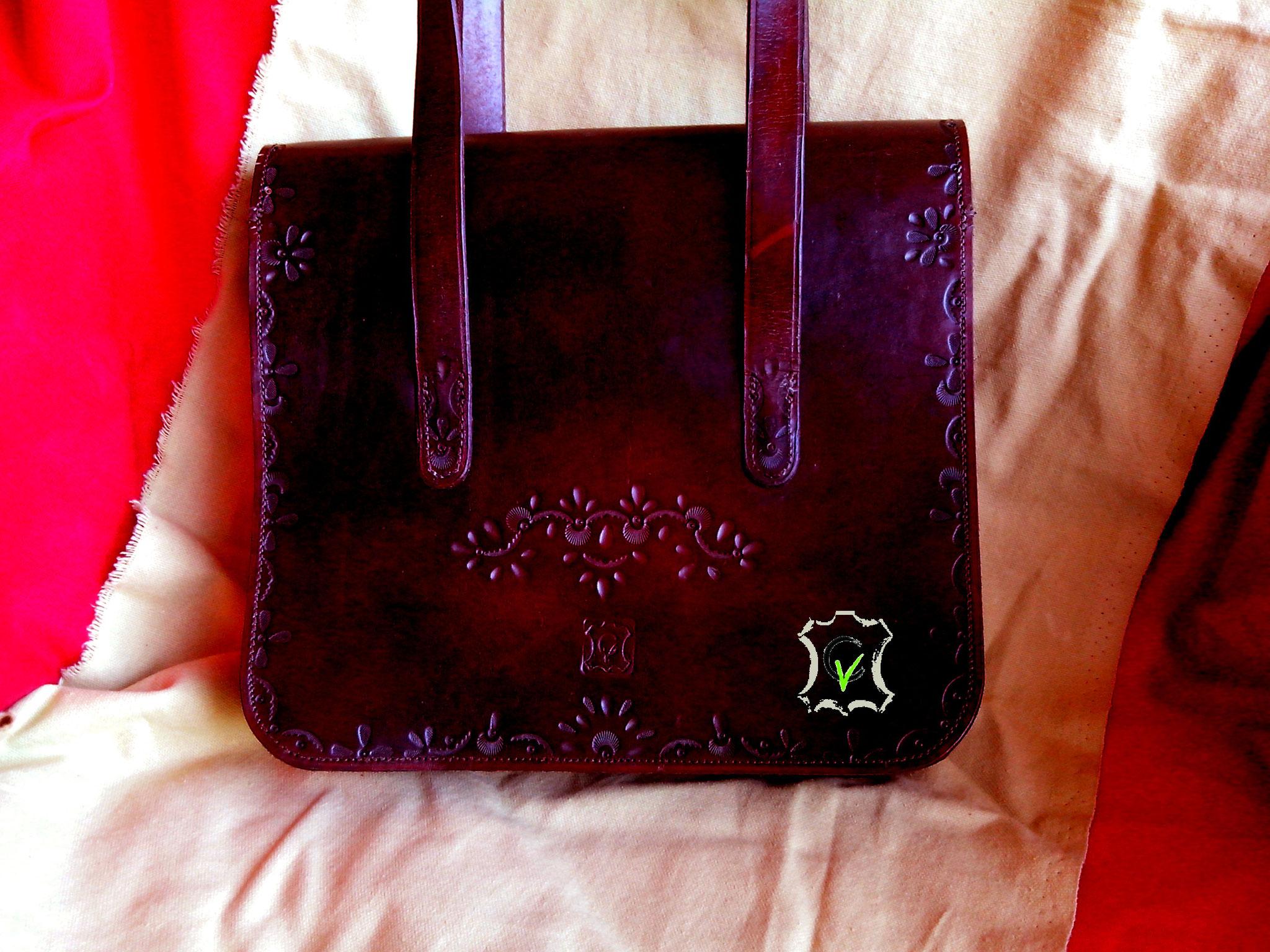 sac à main en cuir tannage végétal teinté brun avec motif par martelage