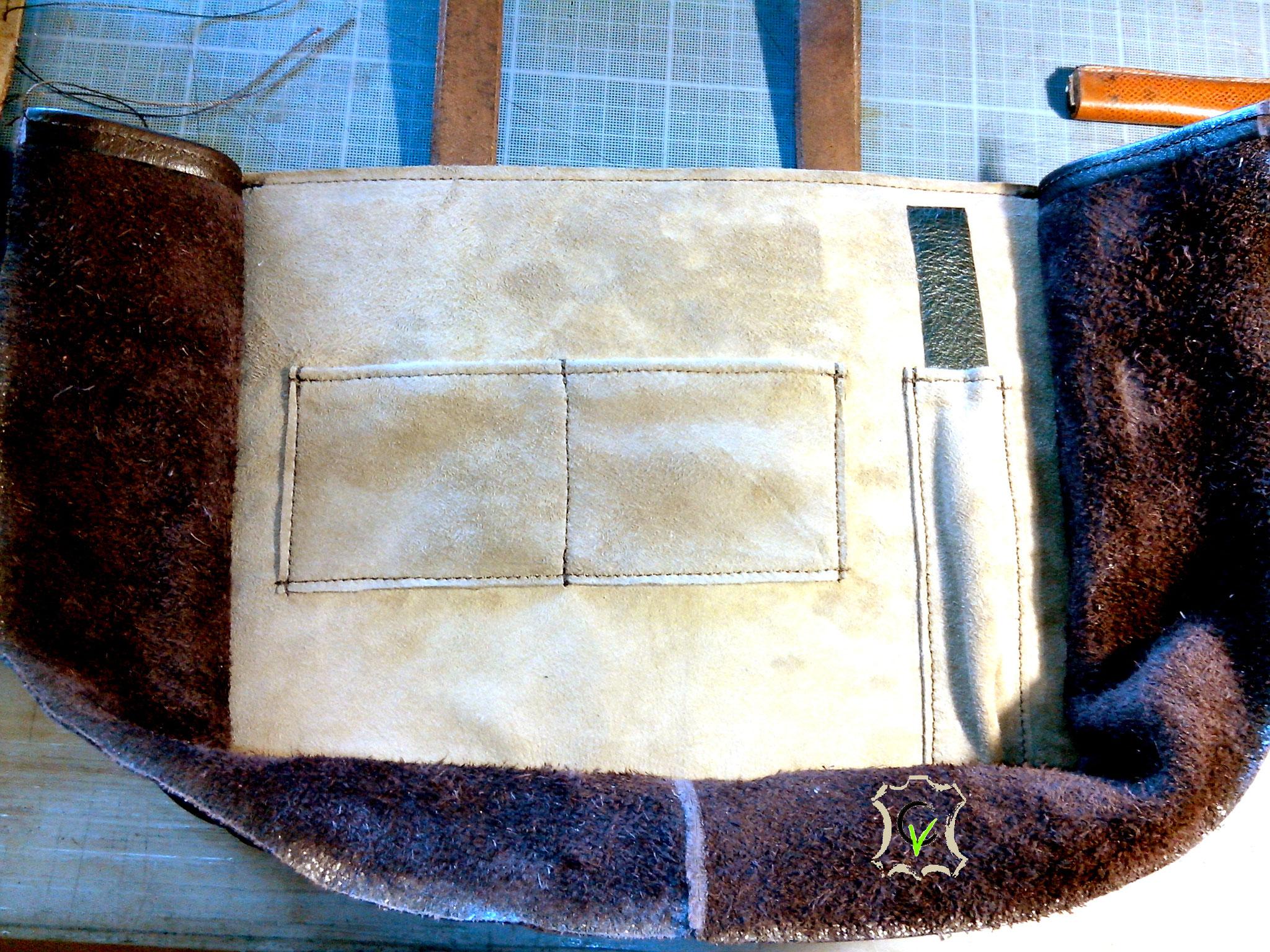 sac à main en cuir tannage végétal teinté brun avec motif par martelage doublure en mouton velours beige en cours de montage