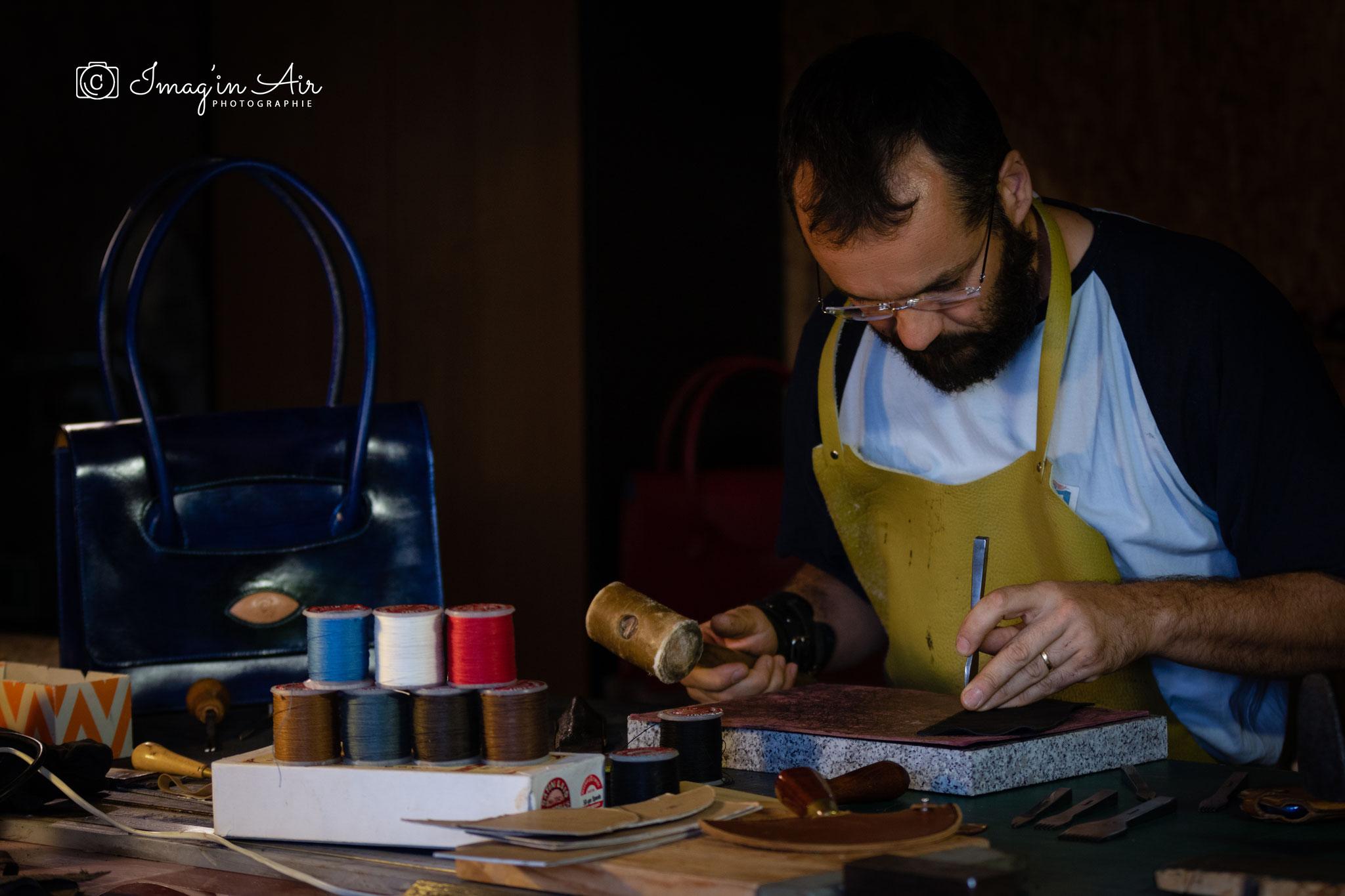Griffage du cuir avant couture manuelle - droit photo studio imag'in air