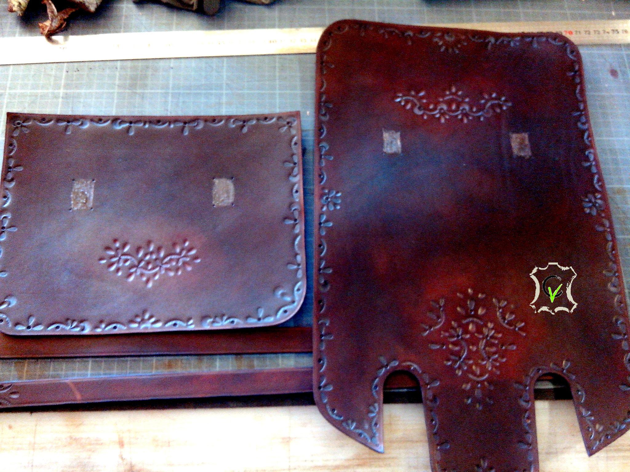 sac à main en cuir tannage végétal teinté brun avec motif par martelage en cours de montage