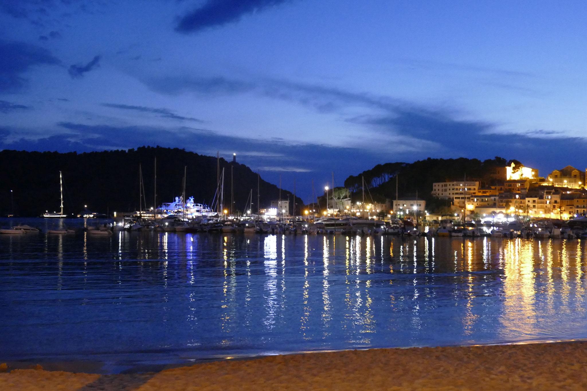 Abendstimmung nach dem Sonnenuntergang im Hafen