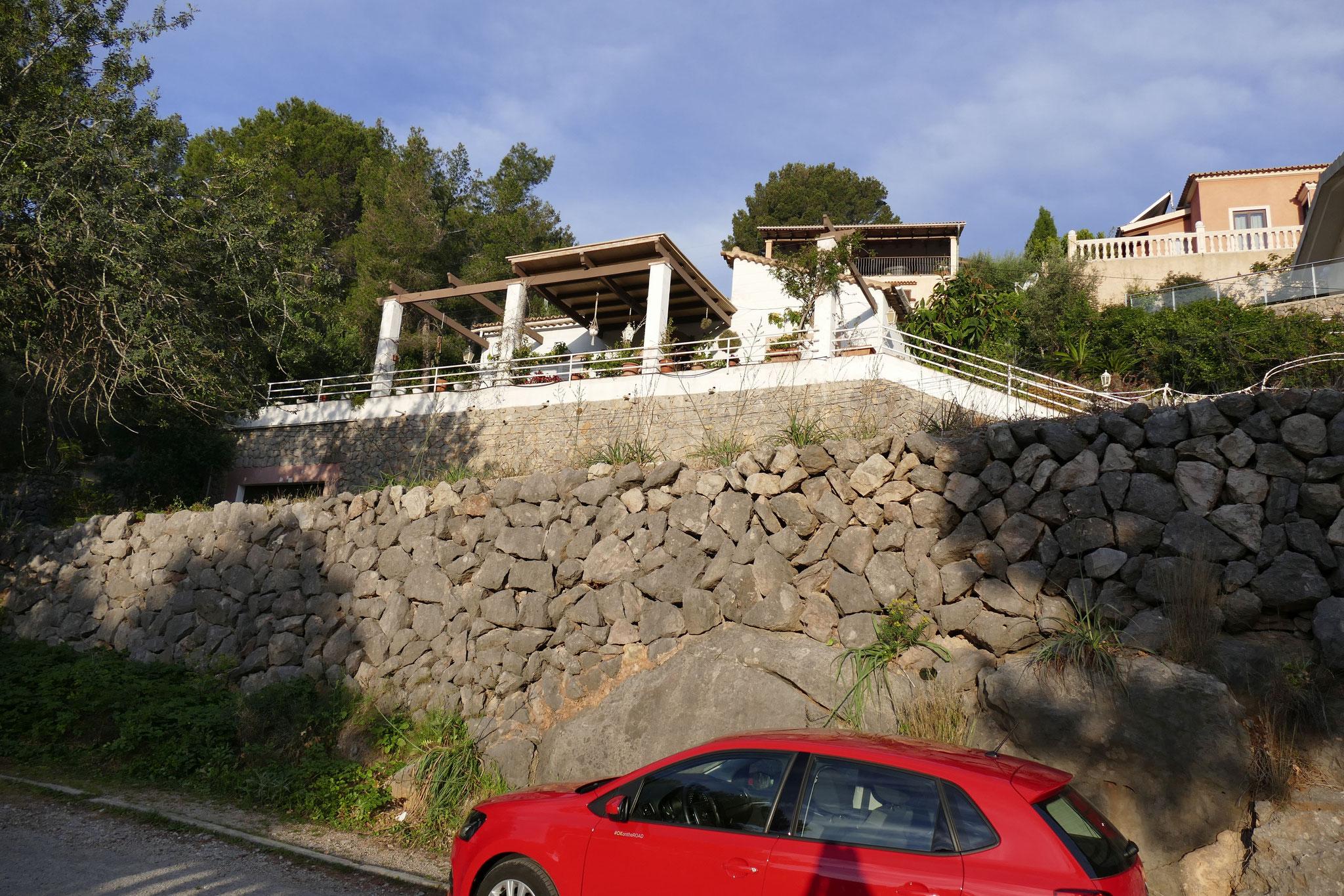Blick auf das Haus von der Straße aus