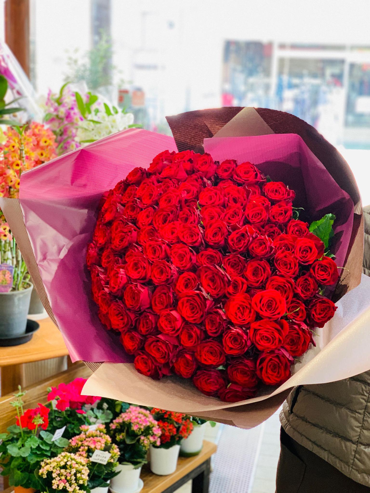 ④サプライズは一生の想い出に赤いバラの花束を