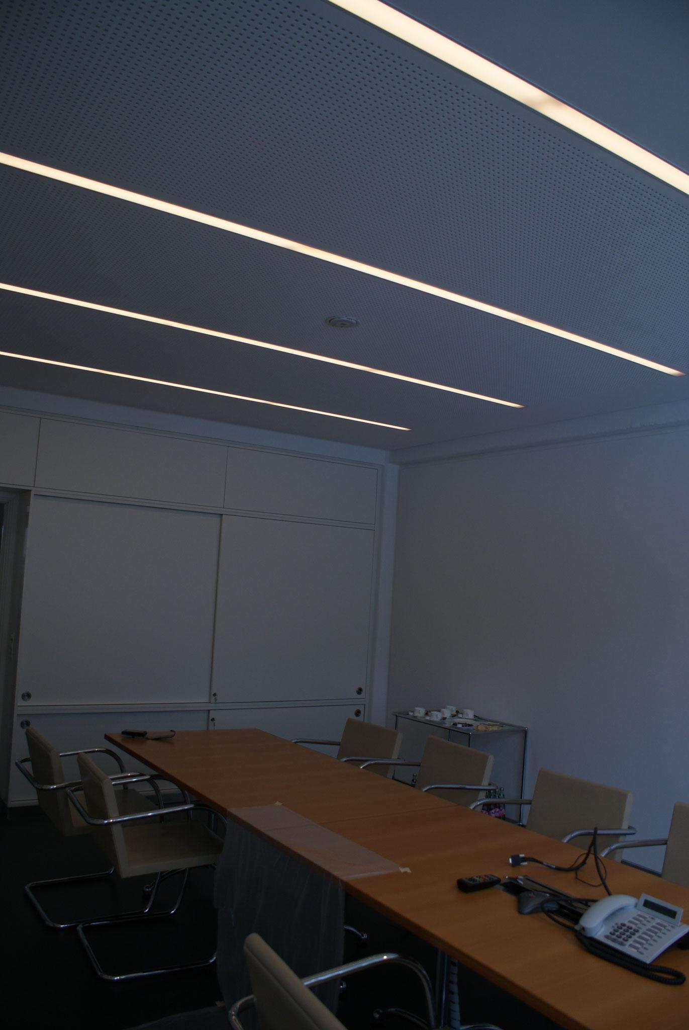 Akustikdecke mit integrierten Leuchten