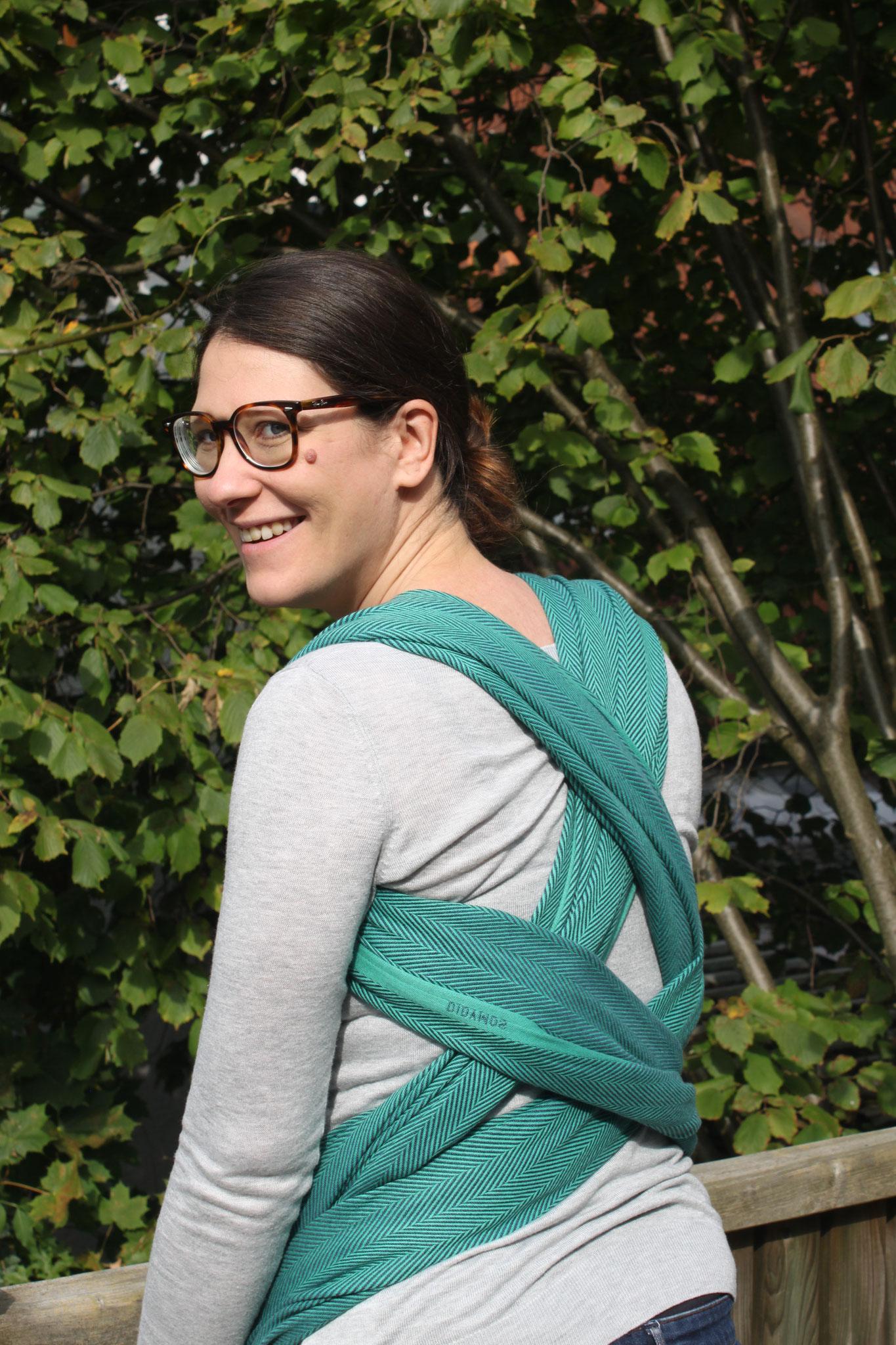 Schwangerenbindeweise mit dem Tragetuch - Rückenansicht