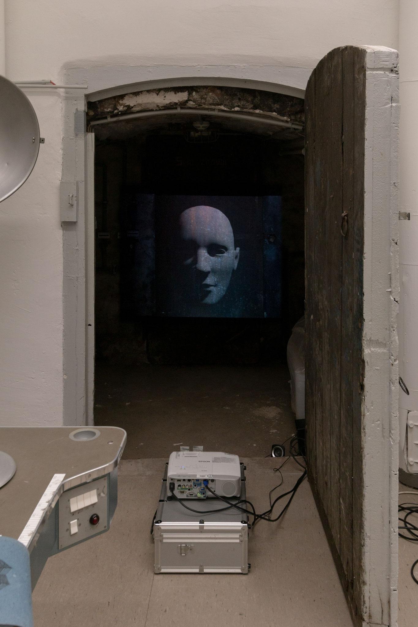 Mathilda Blachnik, Hoffnung, 3D-Animation projiziert auf Stahltür, mit einem von ihr gesprochenen Textausschnitt aus den Metamorphosen von Ovid